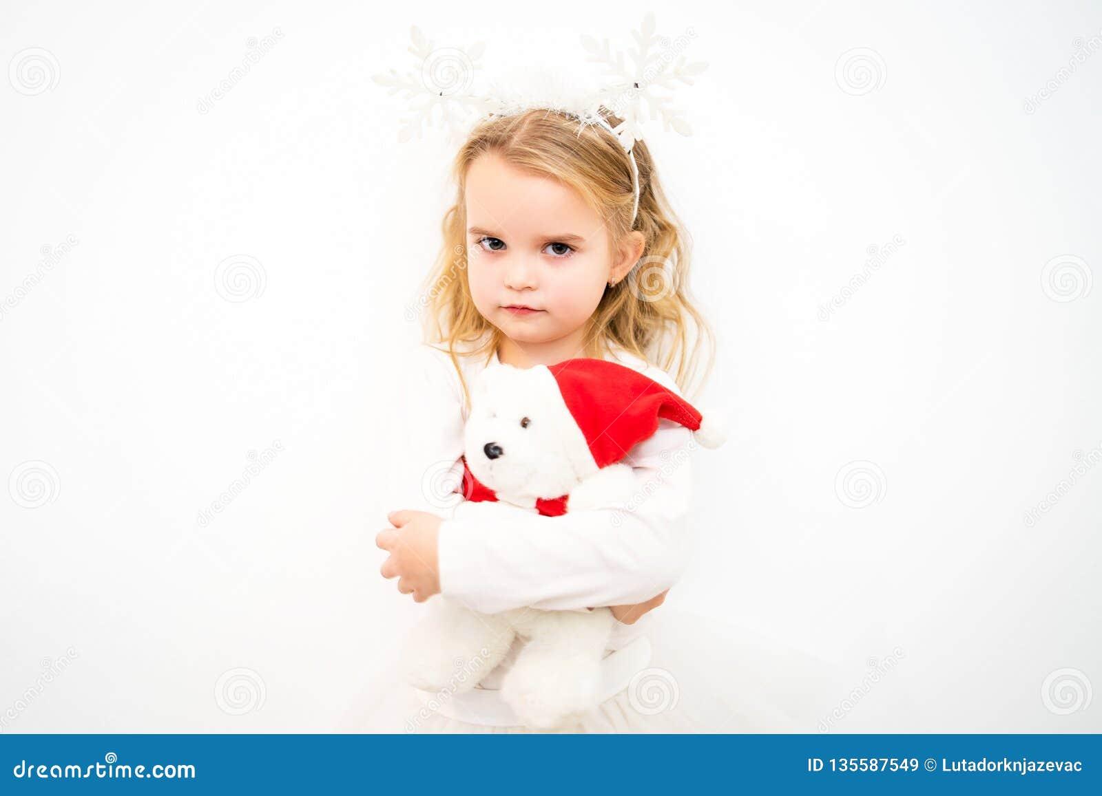 Portret blondynki dziewczyna W bielu troszkę