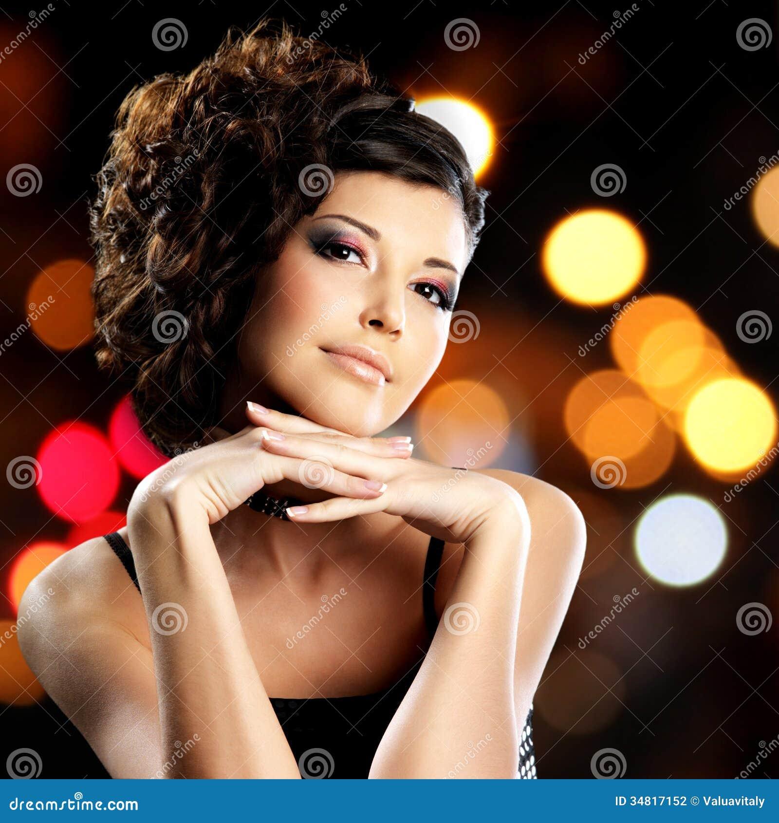 Portret brunetki kobieta z mody fryzurą