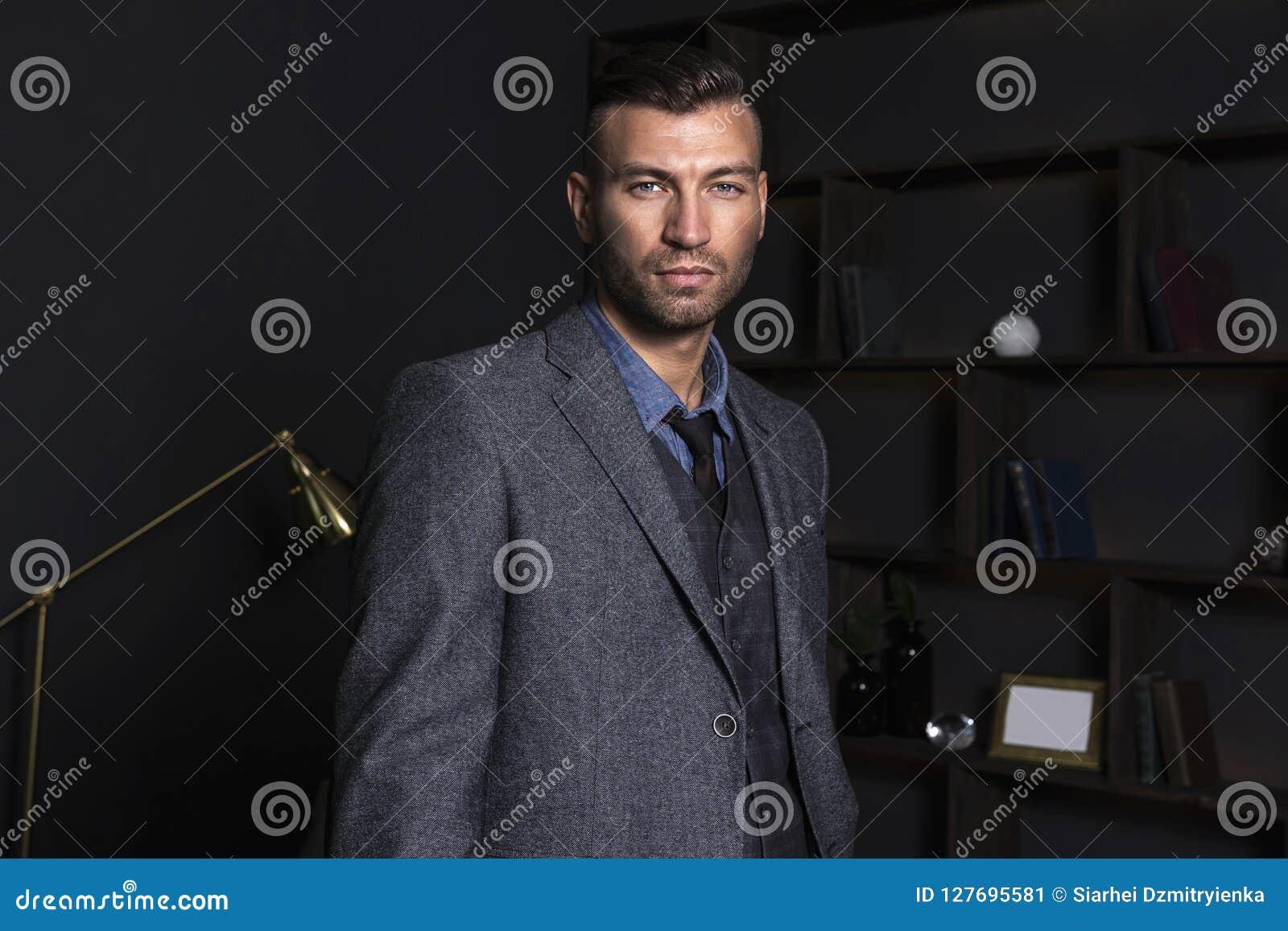 Portret brutalny elegancki mężczyzna w garniturze Elegancki przystojny mężczyzna w domu