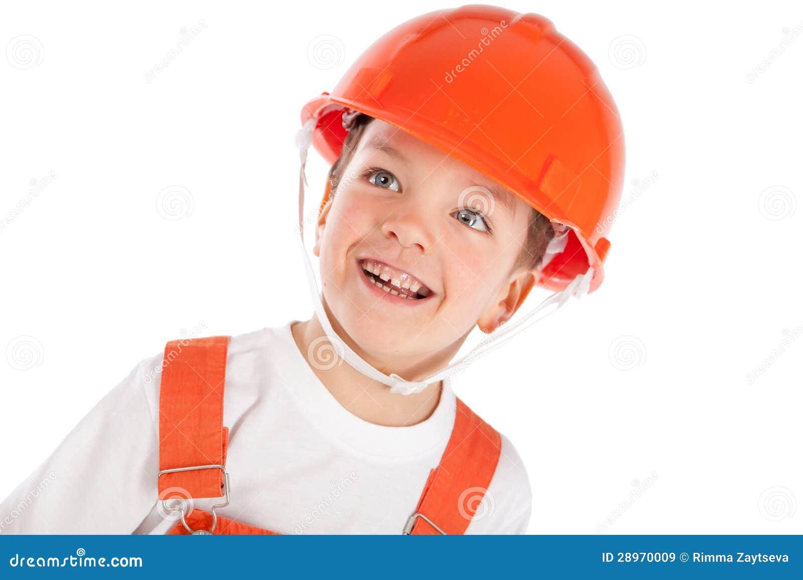 Portret chłopiec w pomarańczowym hełmie, izolacja