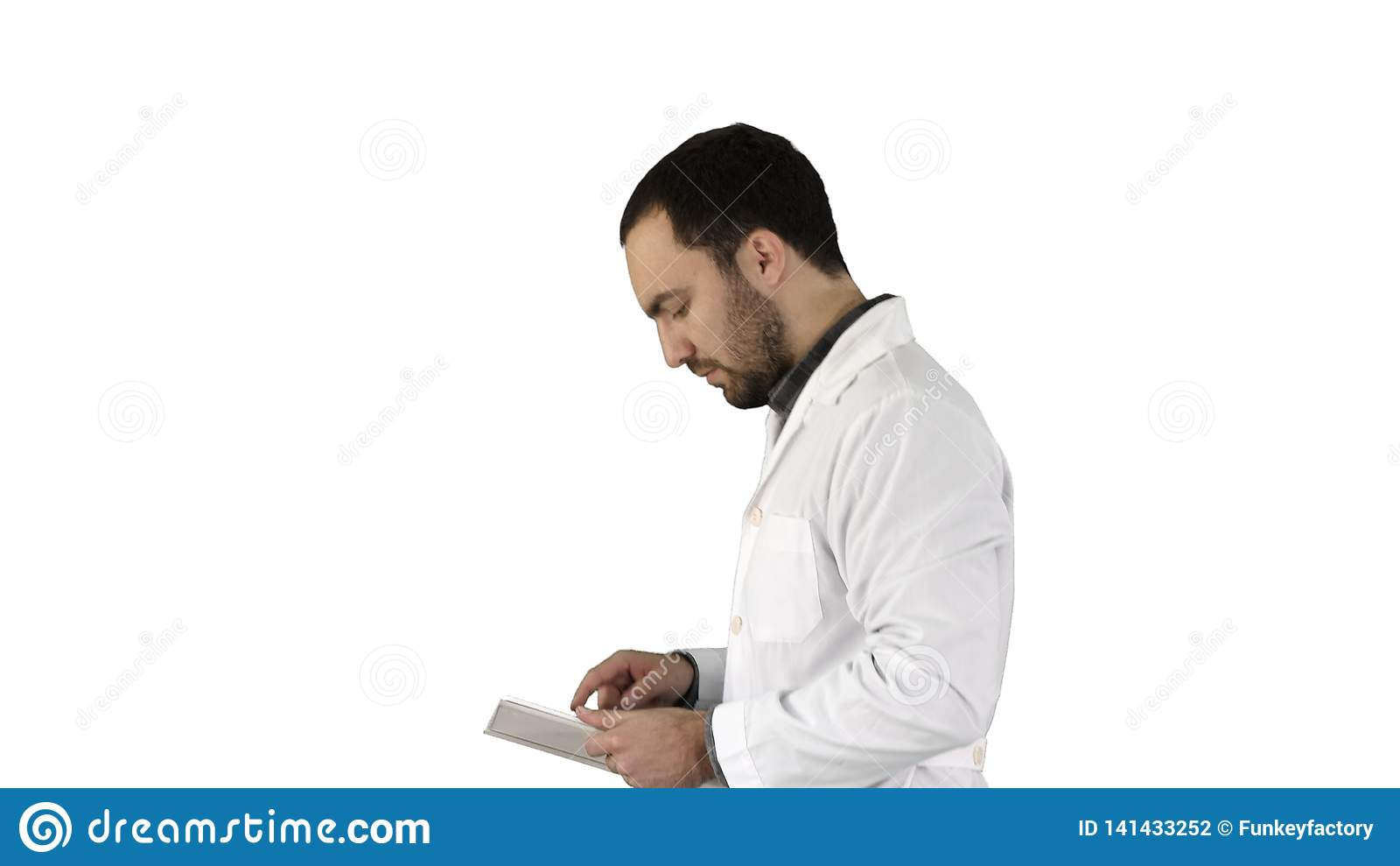 Portret chodzi cyfrową pastylkę na białym tle i używa samiec lekarka