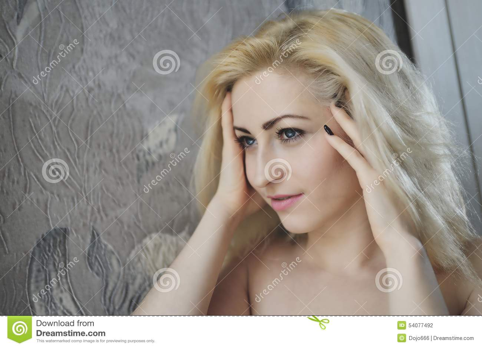 Portret dichte omhooggaand van jonge mooie blondevrouw