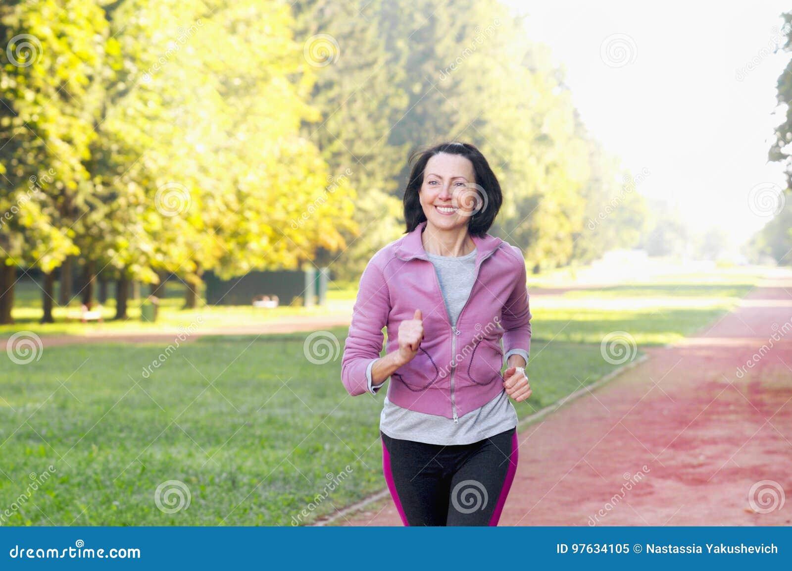 Portret die van bejaarde in het park lopen