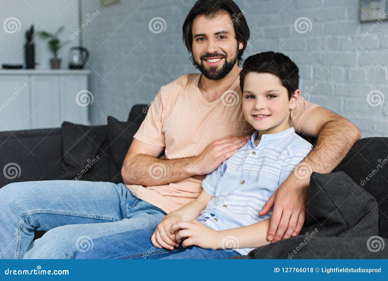 Portret die van gelukkige familie op bank rusten