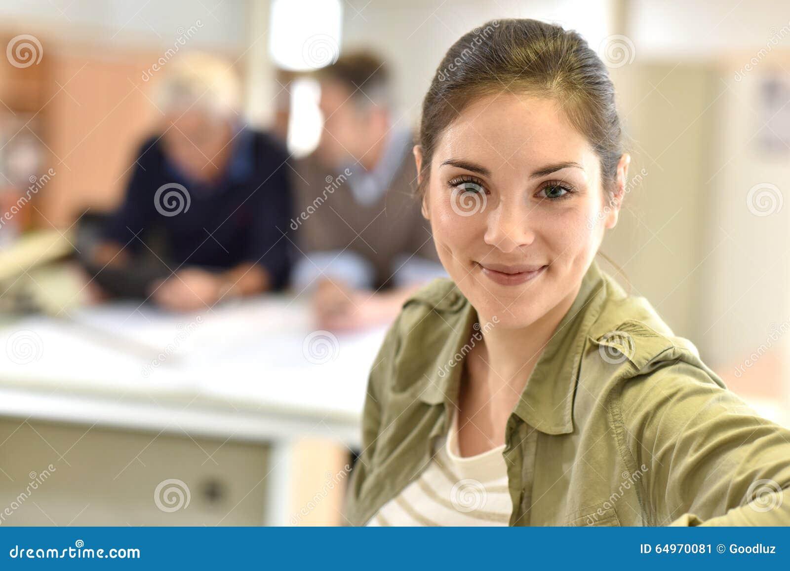 Portret die van jonge vrouw zich op kantoor bevinden