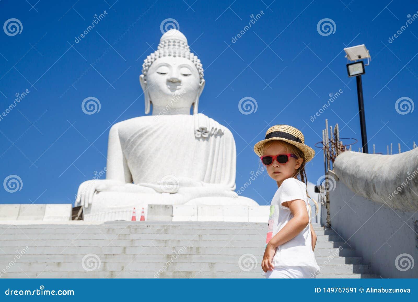 Portret die van meisje zich dichtbij het Grote standbeeld van Boedha in Phuket, Thailand bevinden Concept toerisme in Azië en ber