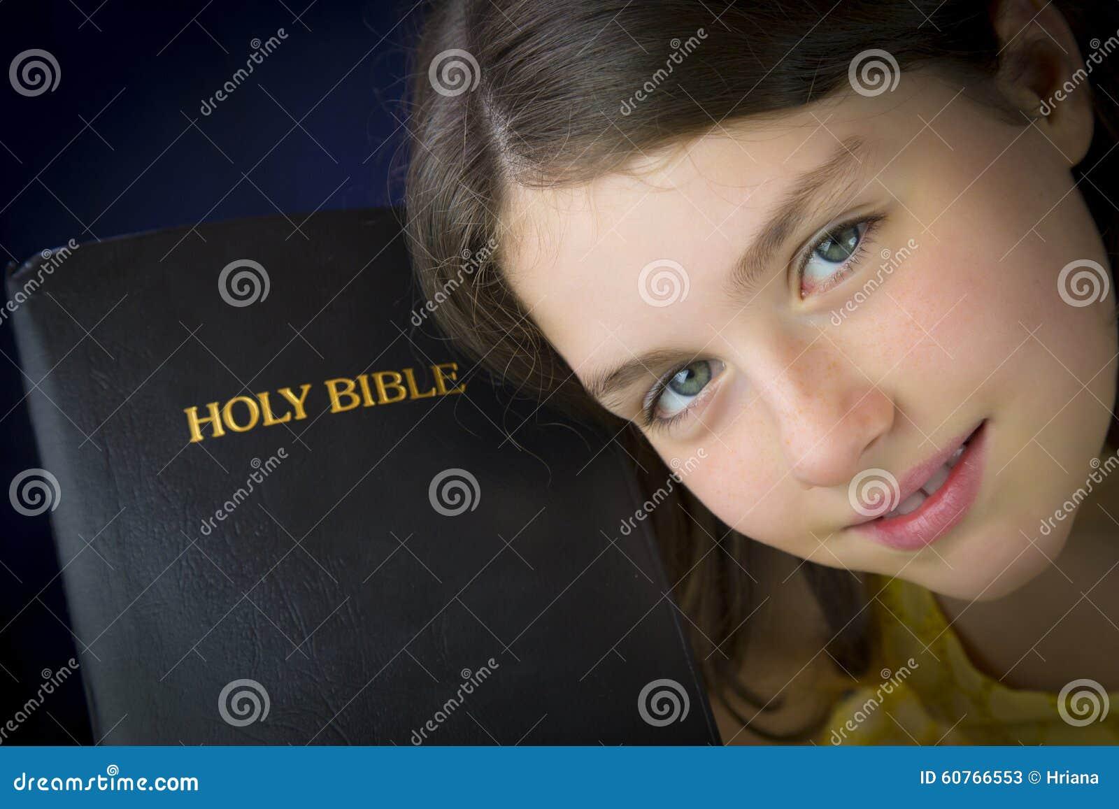 Portret die van mooi meisje Heilige Bijbel houden