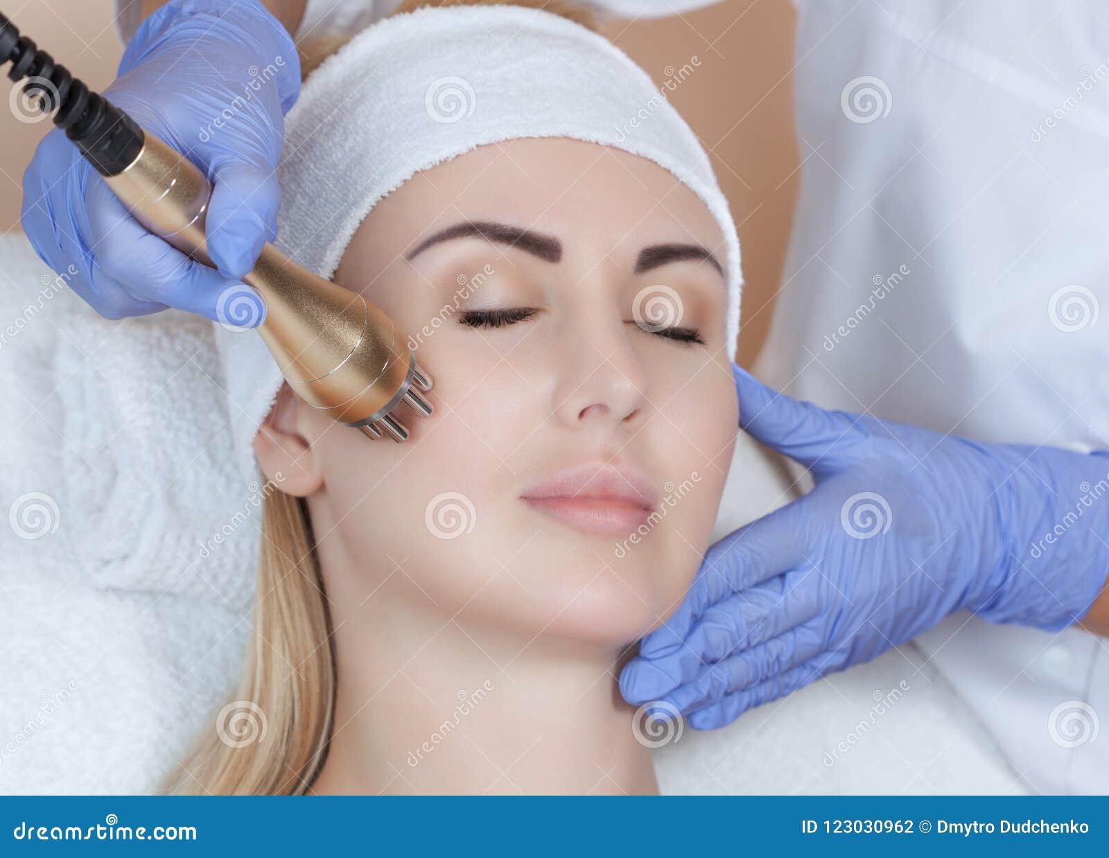 Portret die van vrouw rf-opheft krijgen Rf-het opheffen procedure