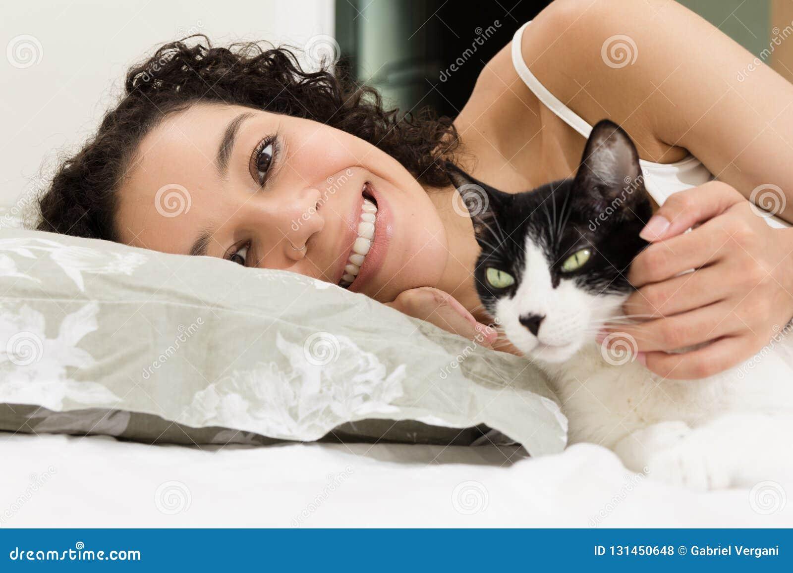 Portret die van zwarte haar mooie kat in bed petting Concept liefde aan dieren, zorg, kalmte