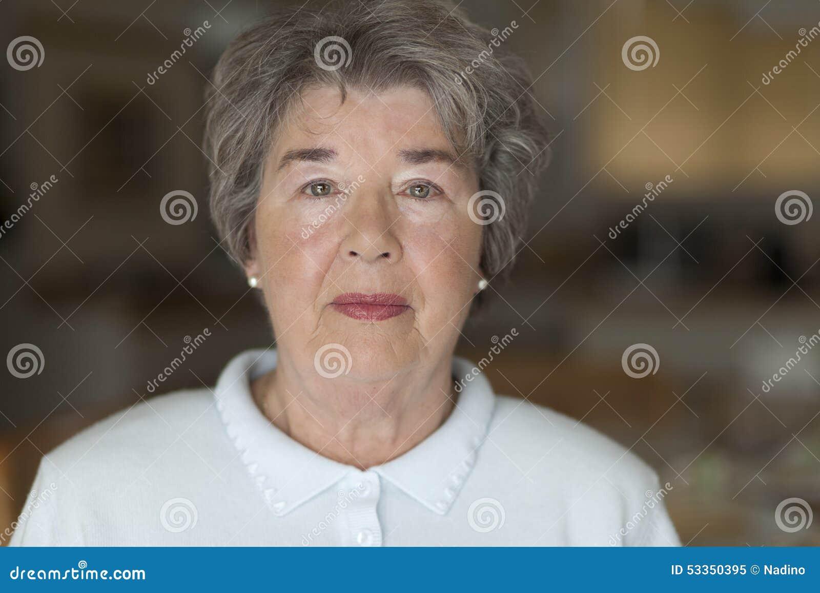 Portret dof seniora płycizny kobieta
