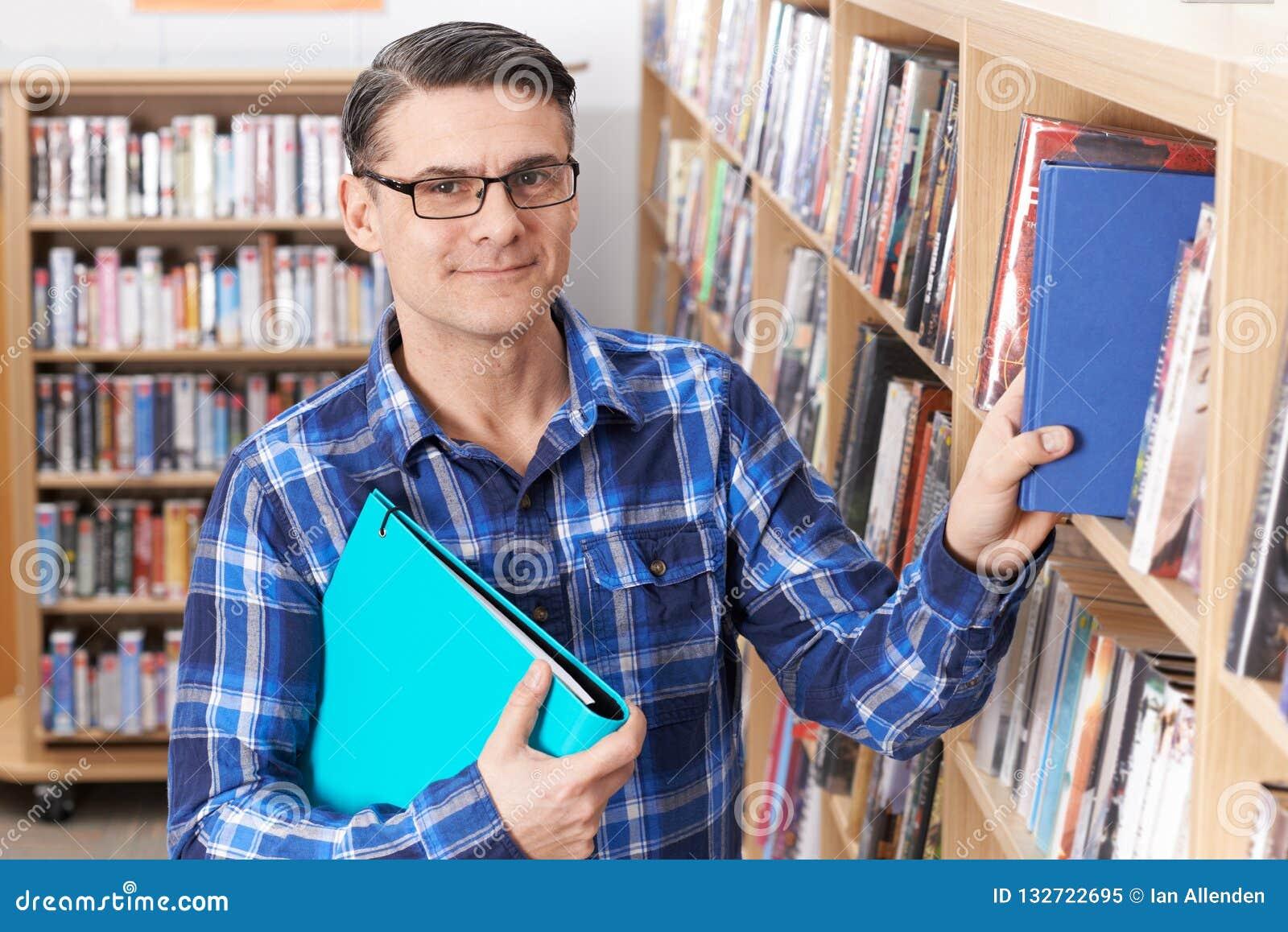 Portret Dojrzały Męskiego ucznia studiowanie W bibliotece