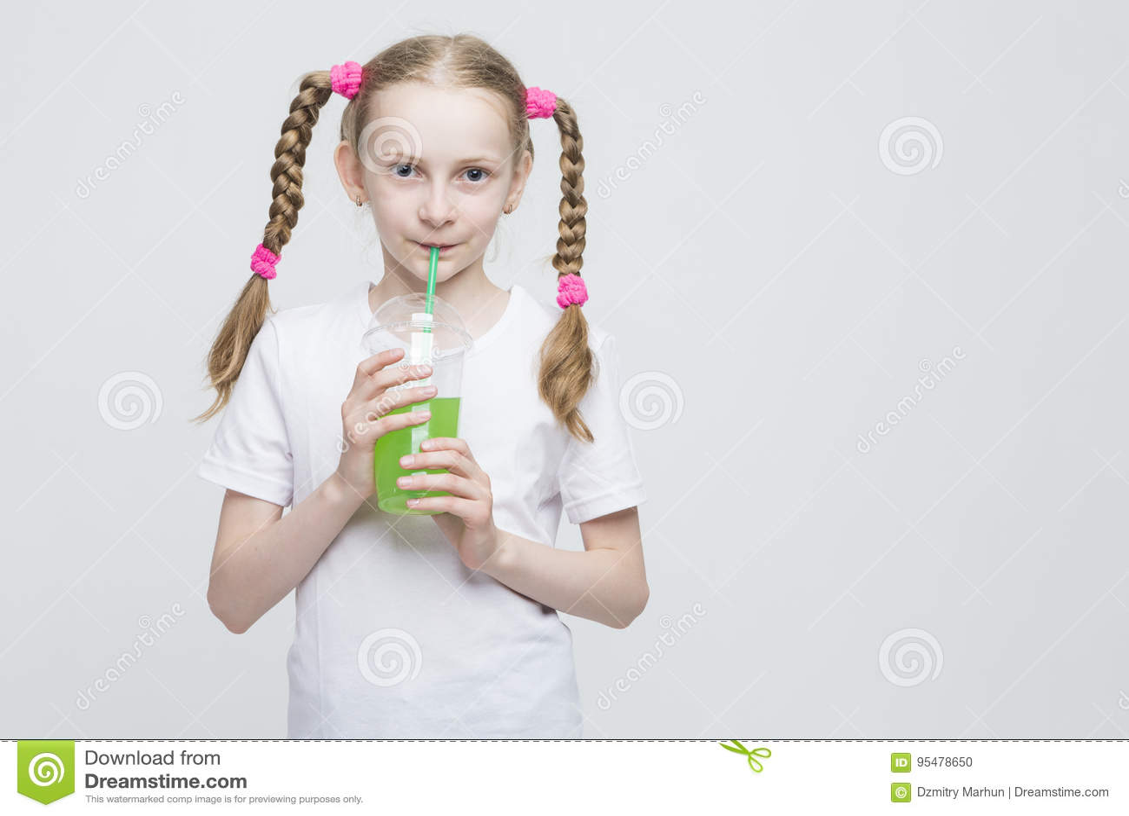 Portret Dosyć Uśmiechać się Kaukaskiej Blond dziewczyny Z Długimi Pigtails