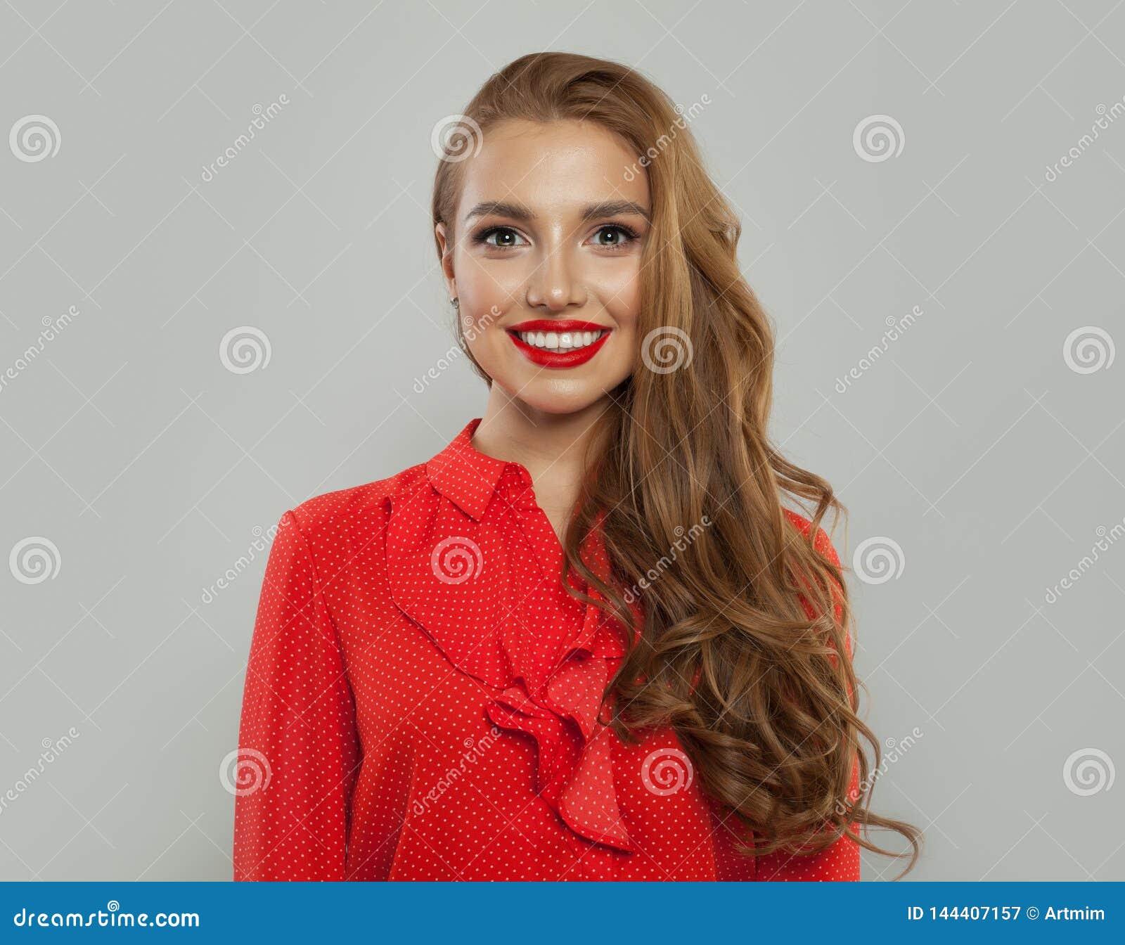 Portret dosyć uśmiechać się wzorcowej kobiety na białym tle