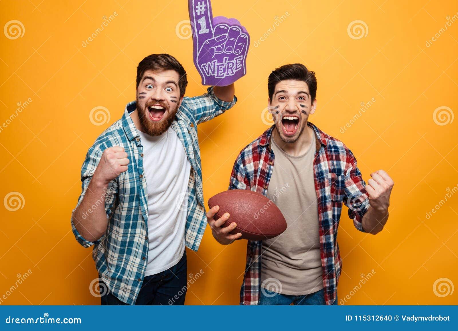 Portret dwa excited młodego człowieka