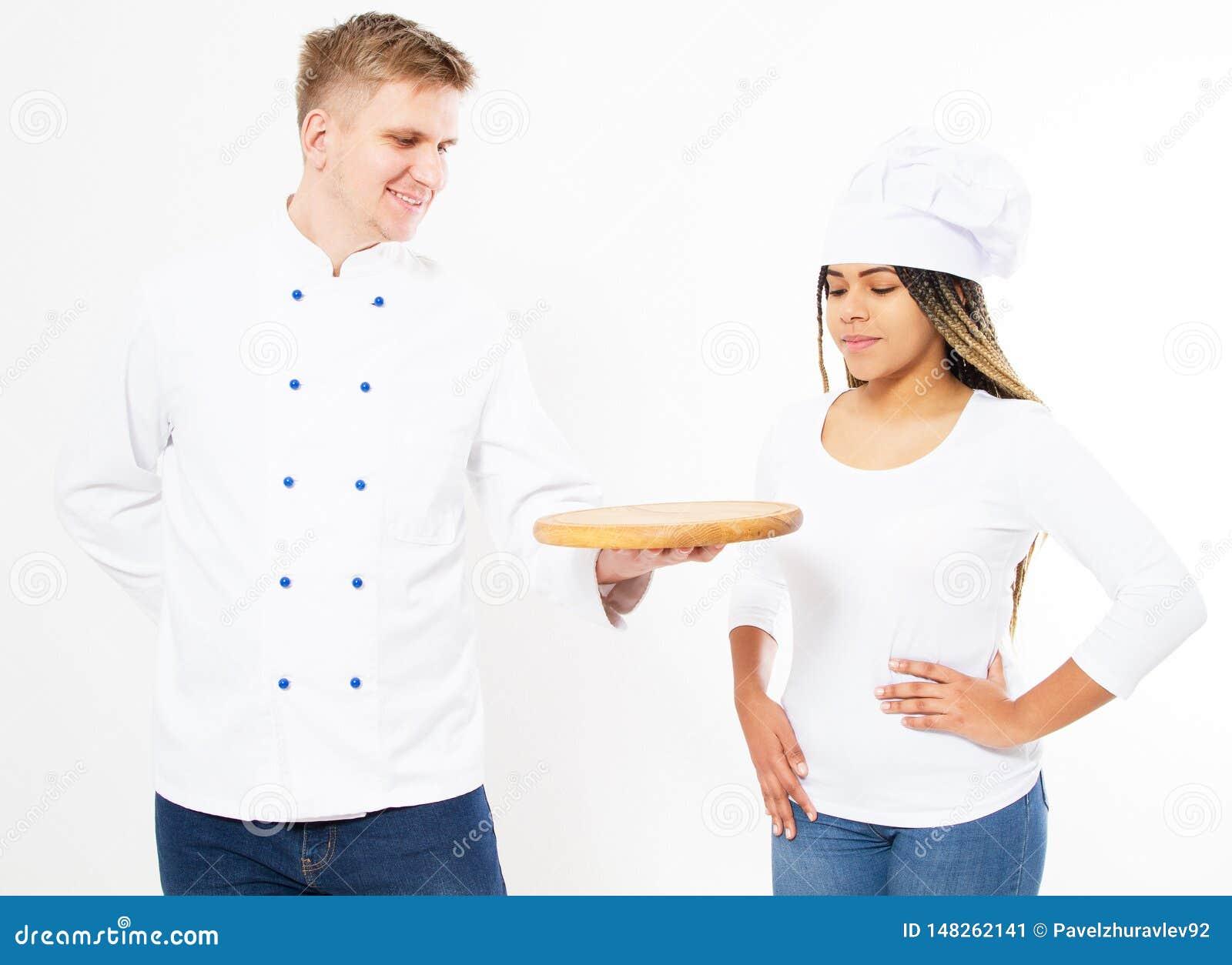 Portret dwa kucharza, one patrzeje pustą drewnianą pizzy deskę odizolowywającą nad białym tłem