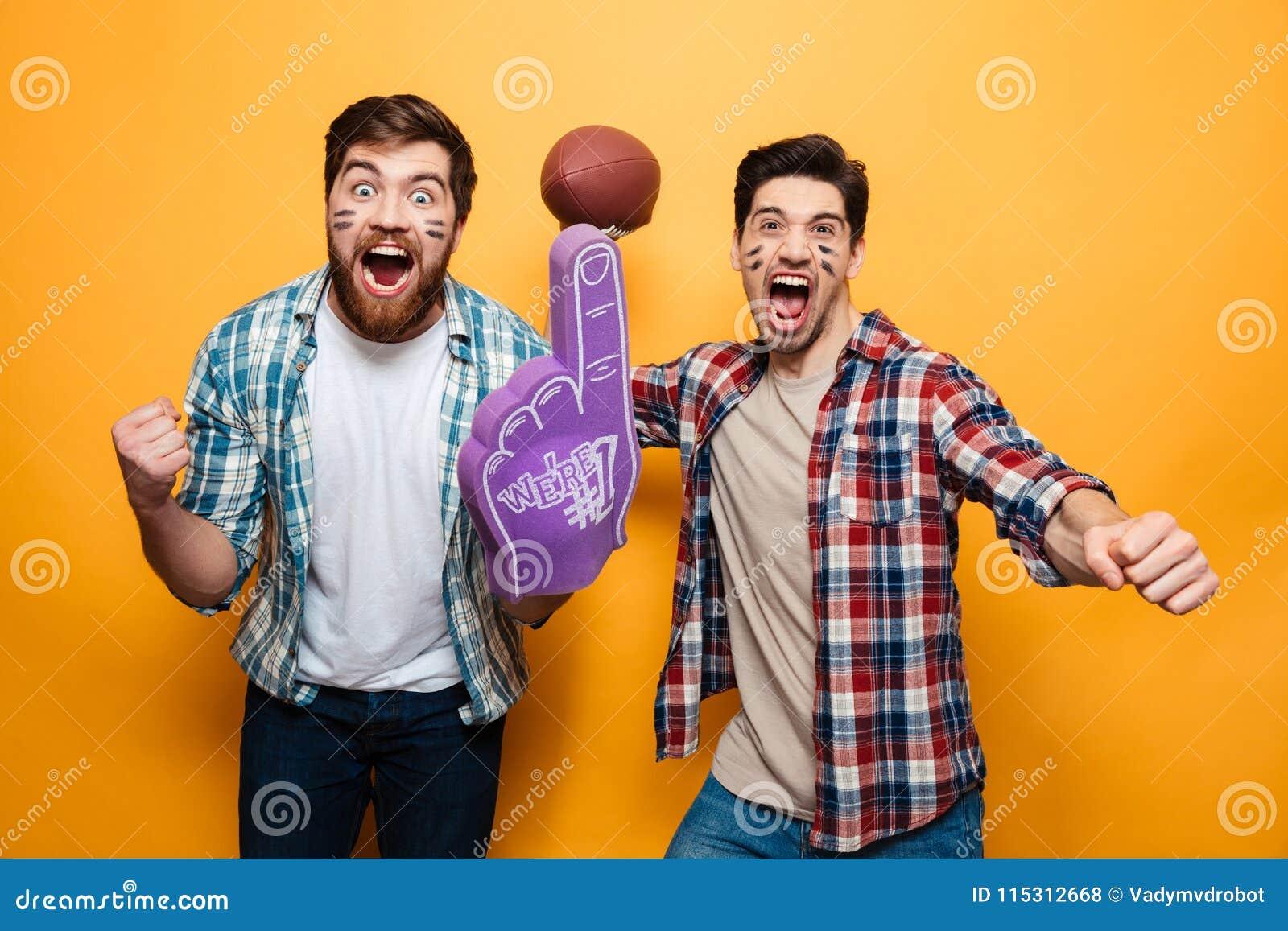 Portret dwa radosnego młodego człowieka trzyma rugby piłkę