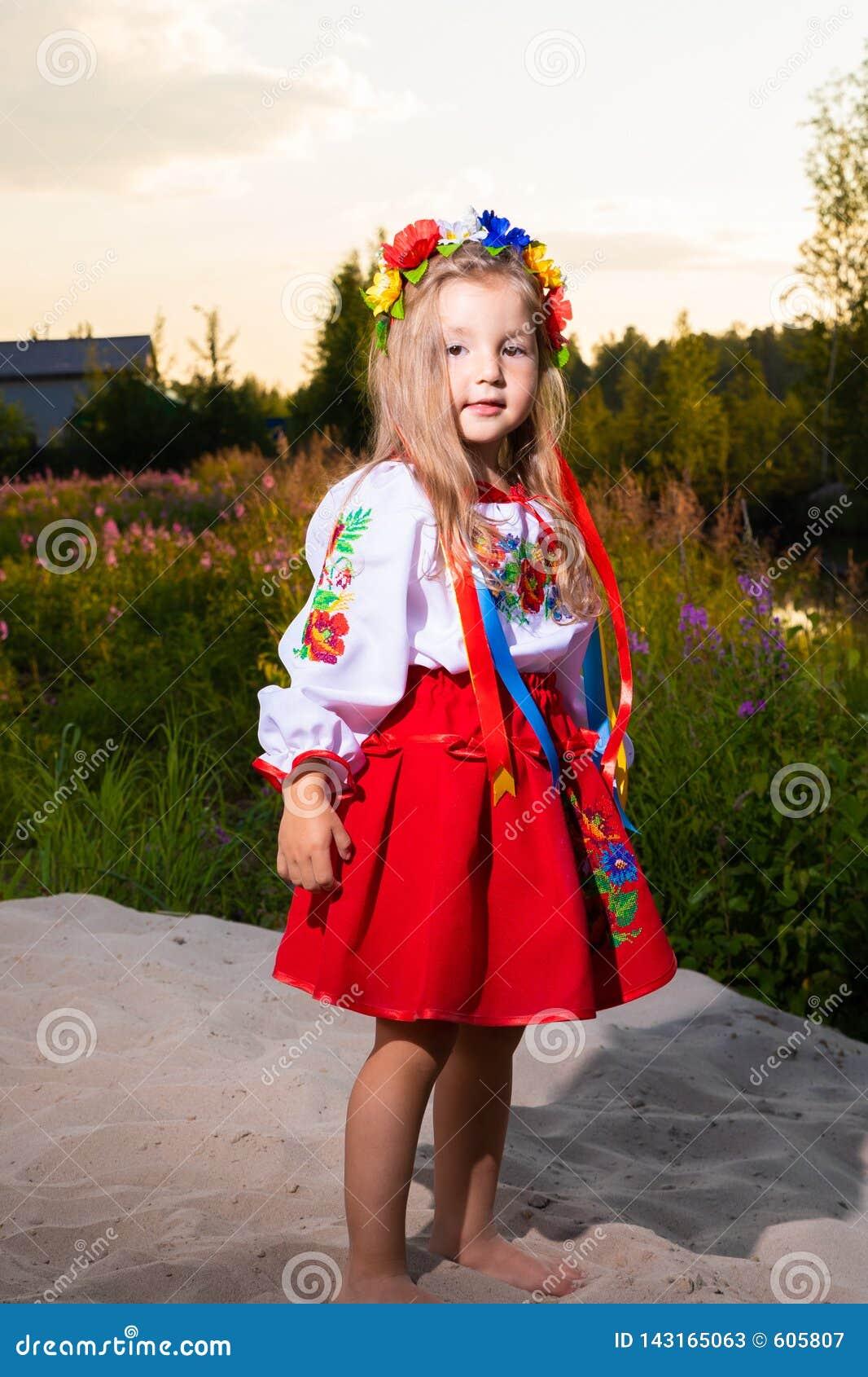 Portret dziecko dziewczyna w etnicznym ukraińskim kostiumu na łące w lecie