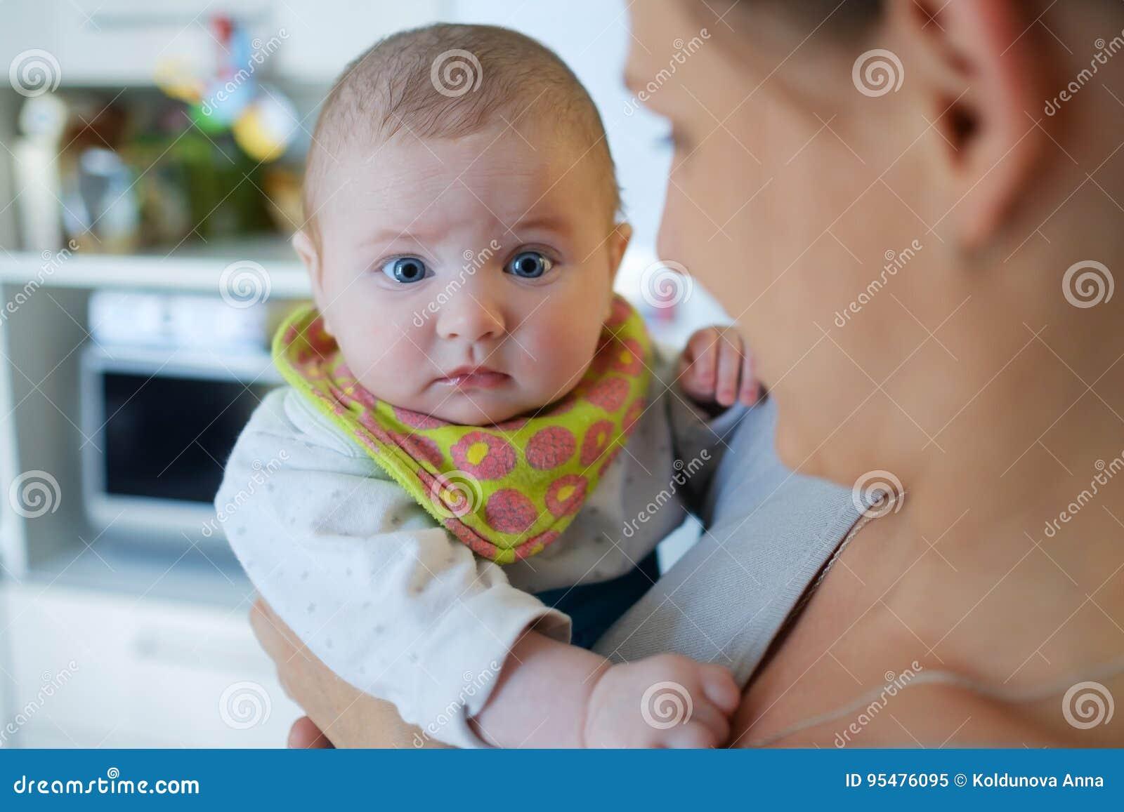 Portret dziecko na rękach mama