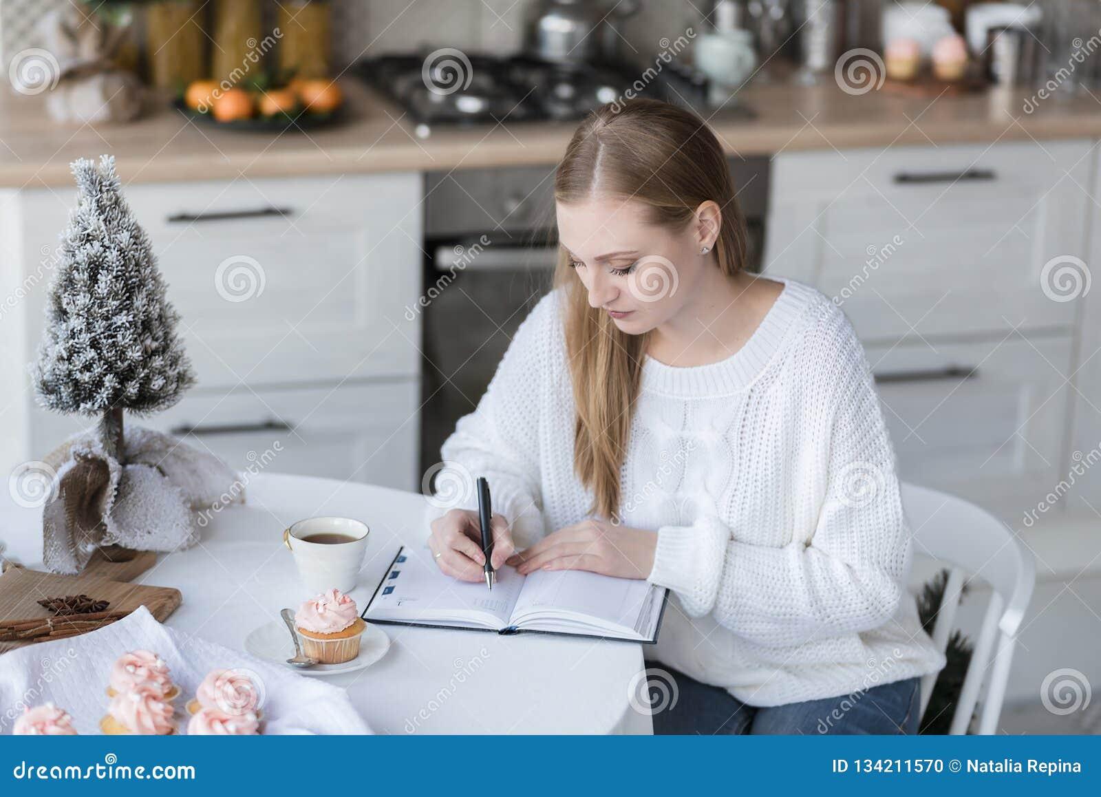 Portret dziewczyna pisze notatkach notatnik