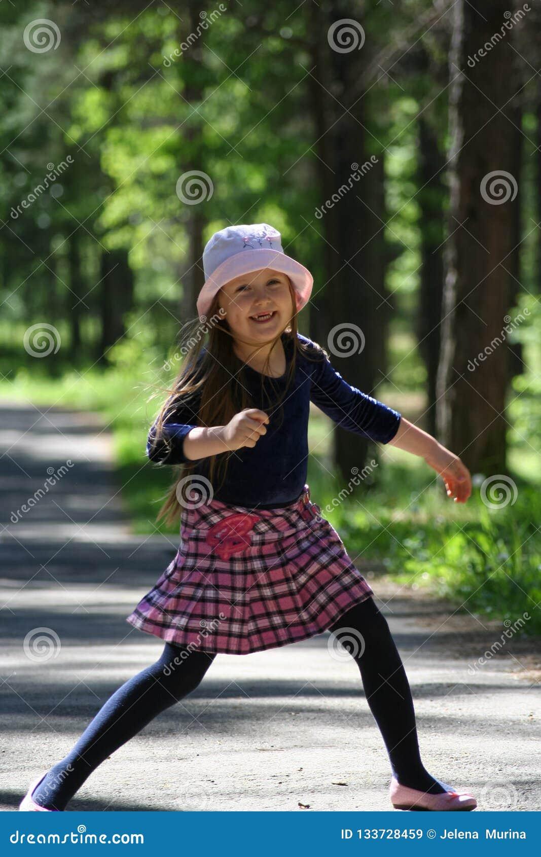 Portret dziewczyna w różowym kapeluszu troszkę