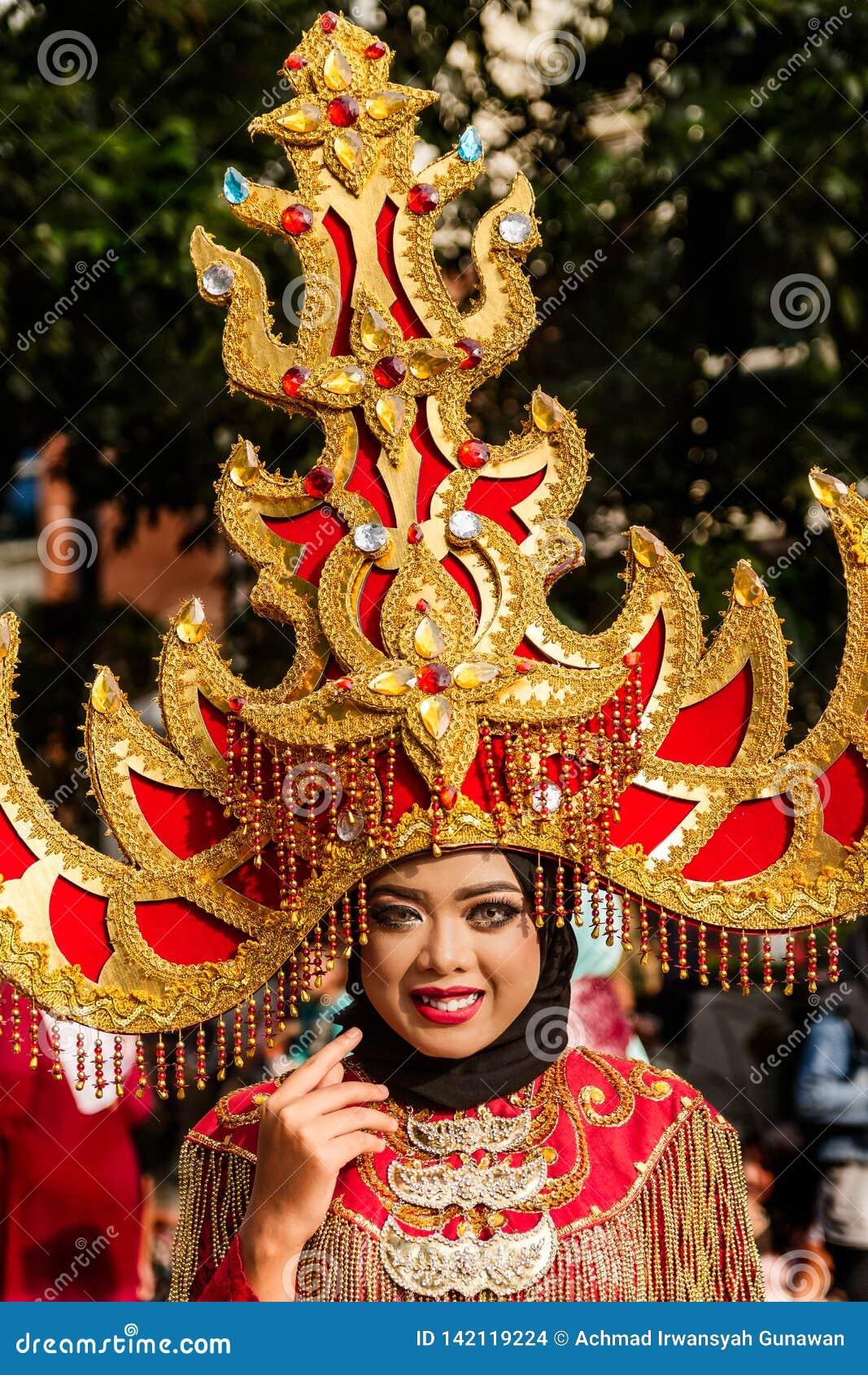 Portret dziewczyna z fantazja kostiumem przy Zachodnim Jawa Ludowych sztuk festiwalem