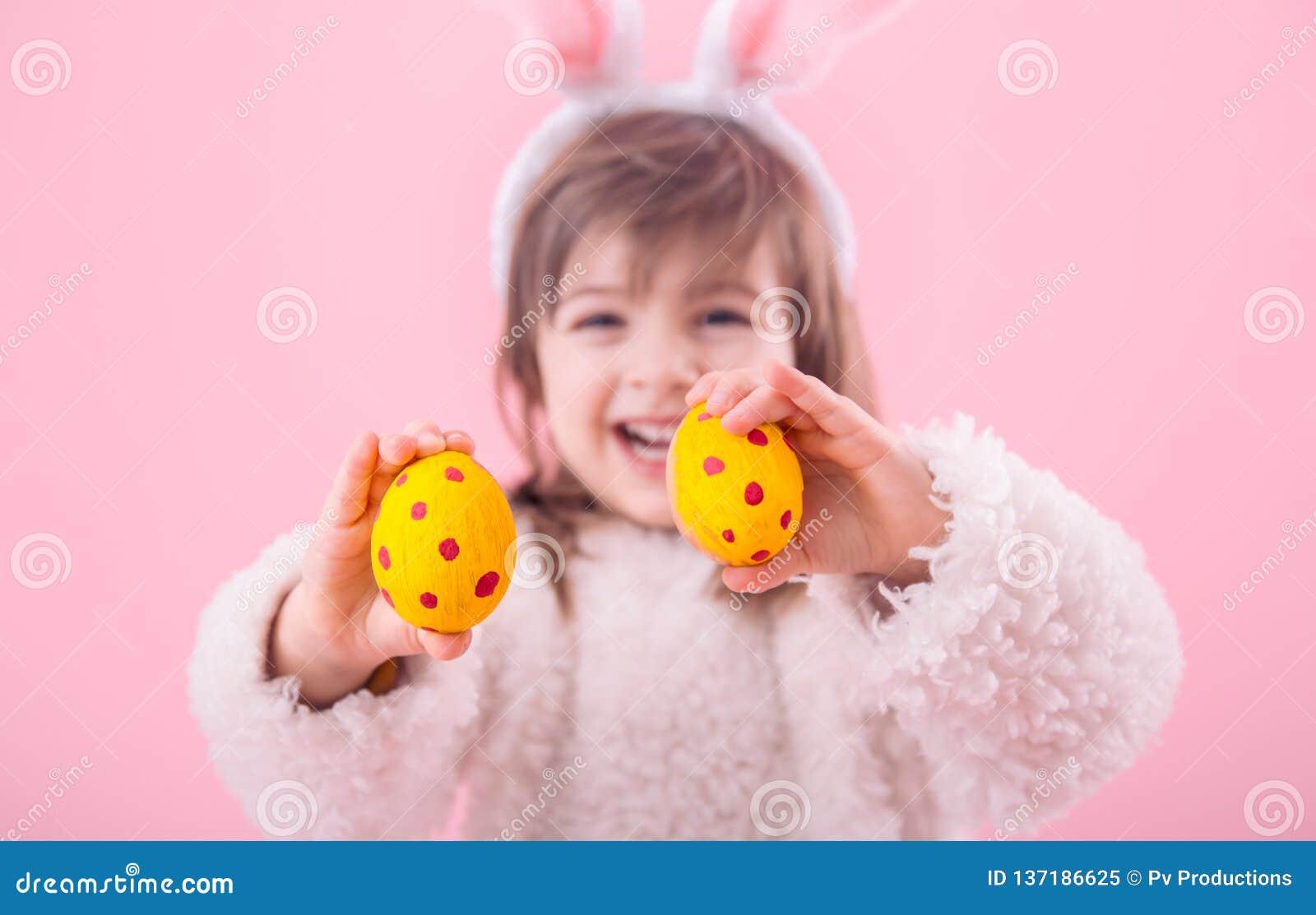 Portret dziewczyna z królików ucho w Wielkanocnymi jajkami troszkę