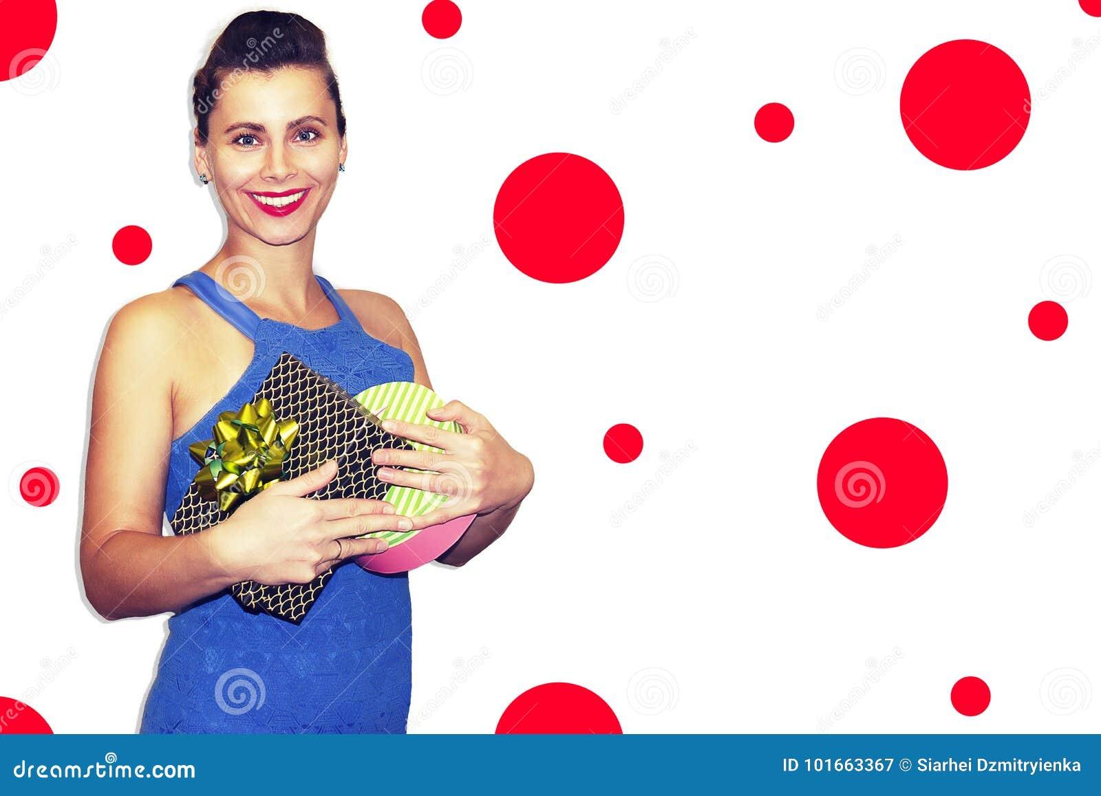 Portret elegancka młoda kobieta z Xmas prezentami Moda model uśmiecha się prezenta pudełko w rękach i trzyma