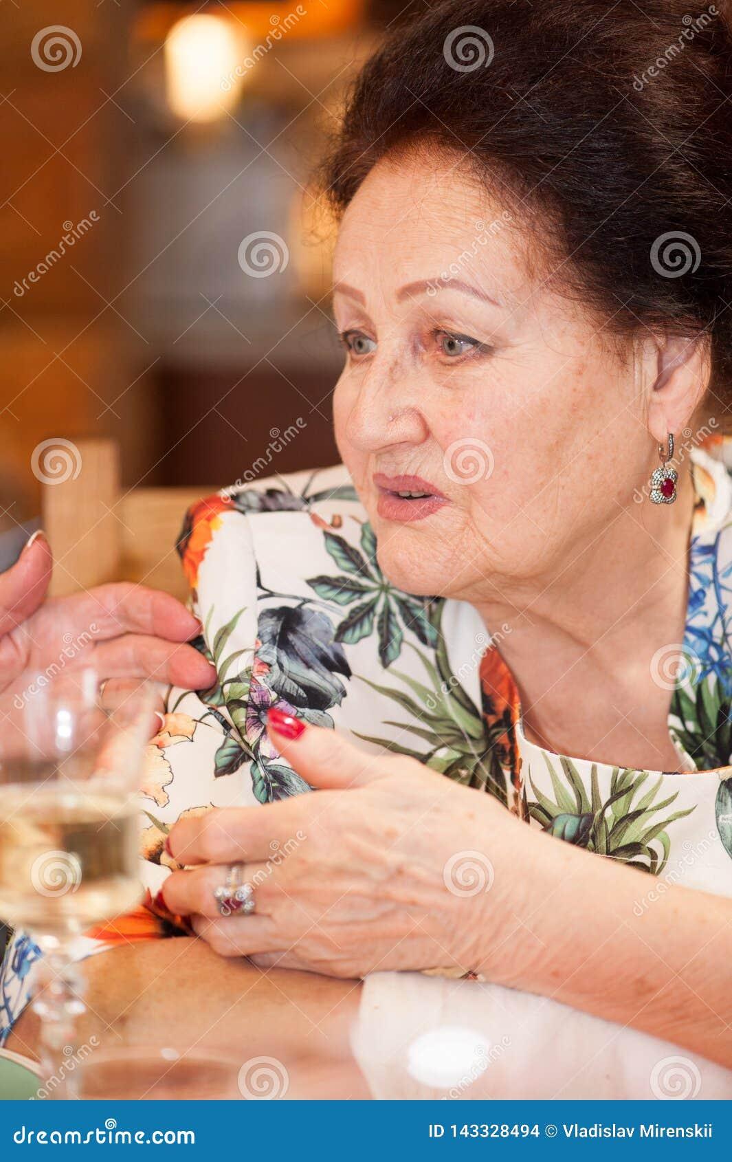 Portret elegancka starsza dama z bandażującą ręką