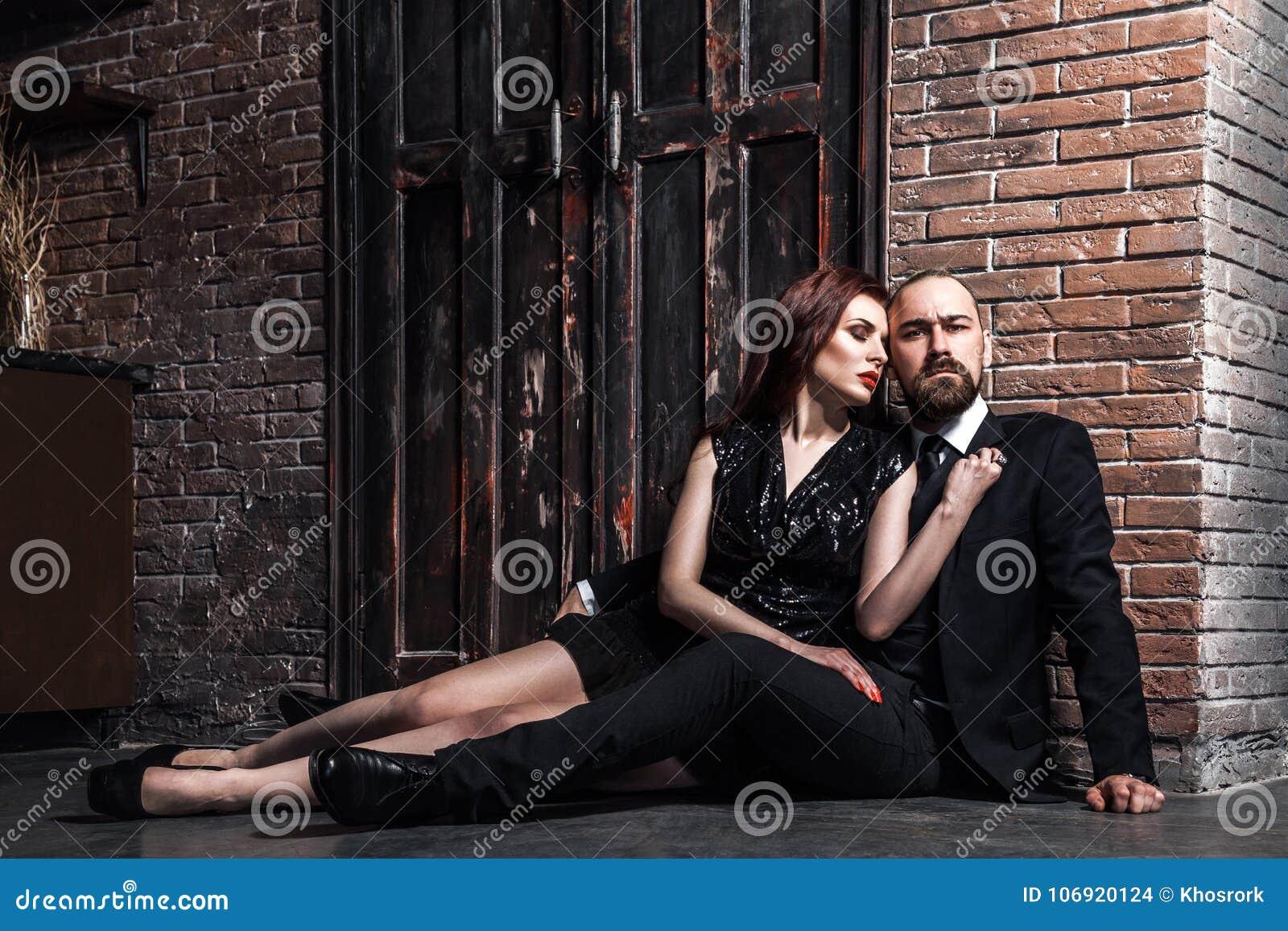 Portret elegancki, para, przytulenie i patrzeć ca bogato,