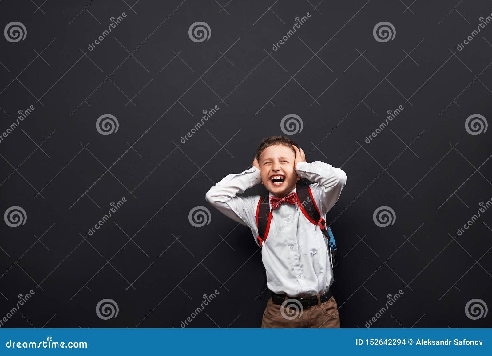 Portret emocjonalny dziecko chłopiec ucznia wrzasków pluśnięcia za negatywnych emocjach pojęcie uczeń krzyczy żadny pragnienie