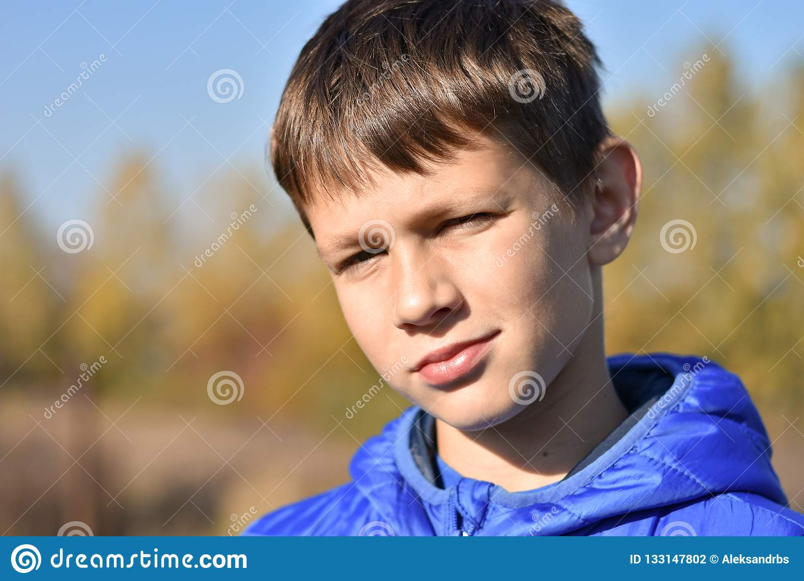 Portret Europejski nastolatek w kurtce