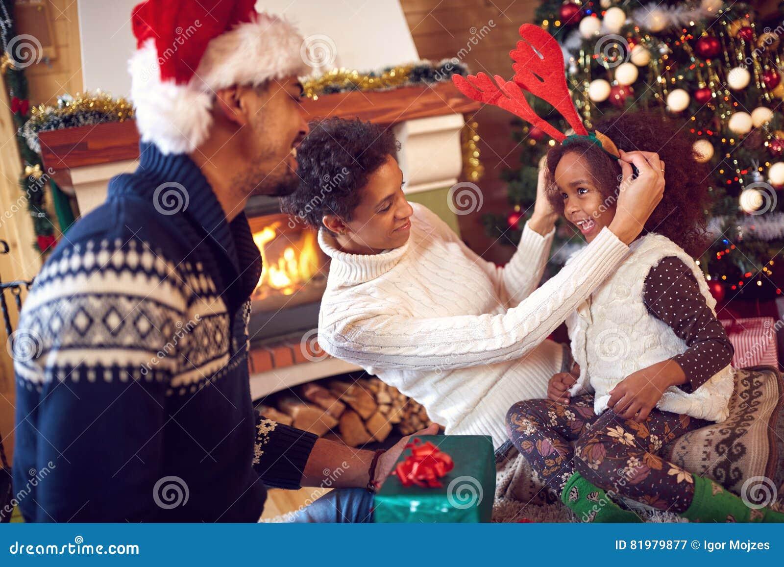 Portret figlarnie dziecko podczas bożych narodzeń i rodzina