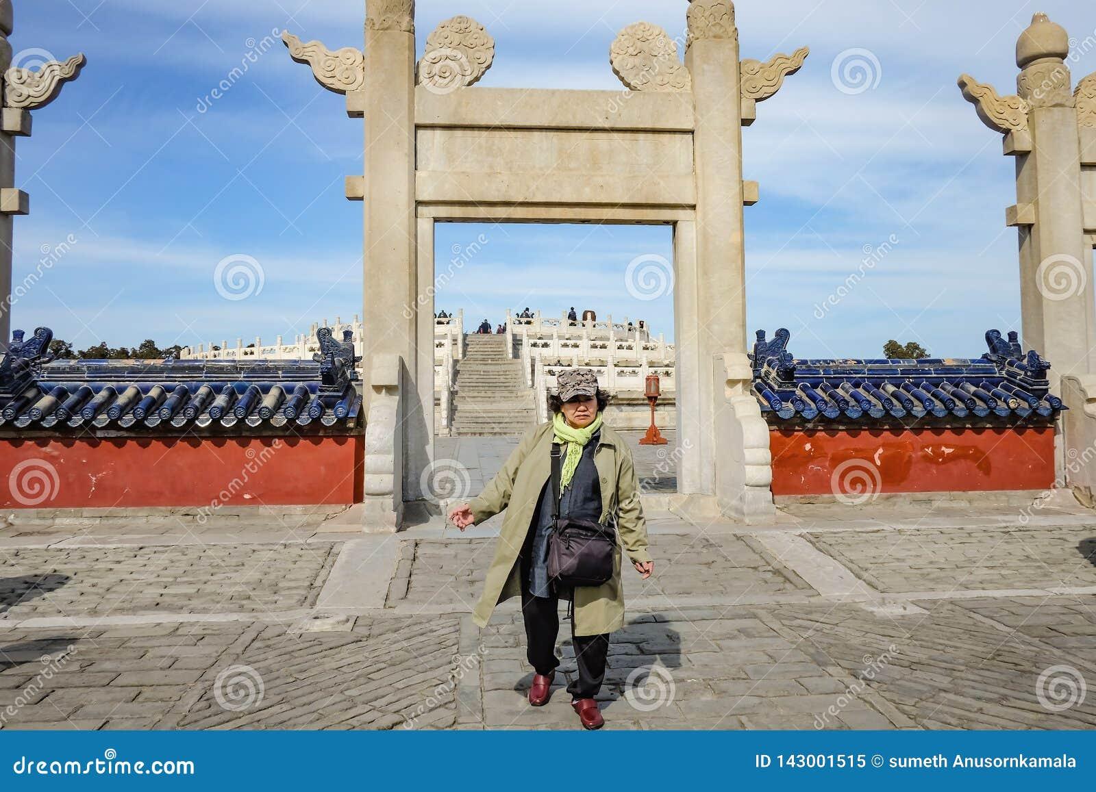 Portret fotografia Starsze azjatykcie kobiety Chodzi w świątyni niebo lub Tiantan w chińczyka imieniu w Beijing mieście