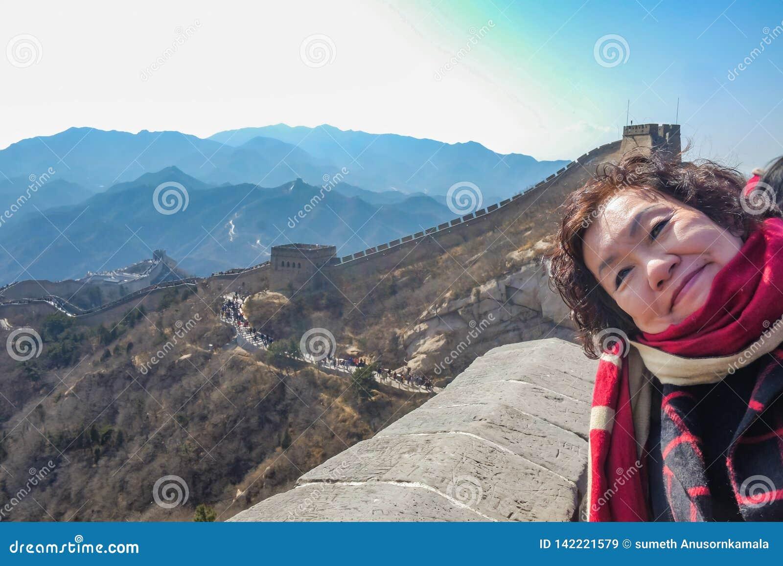 Portret fotografia Starsze azjatykcie kobiety w wielkim murze Chiny przy Pekin miastem