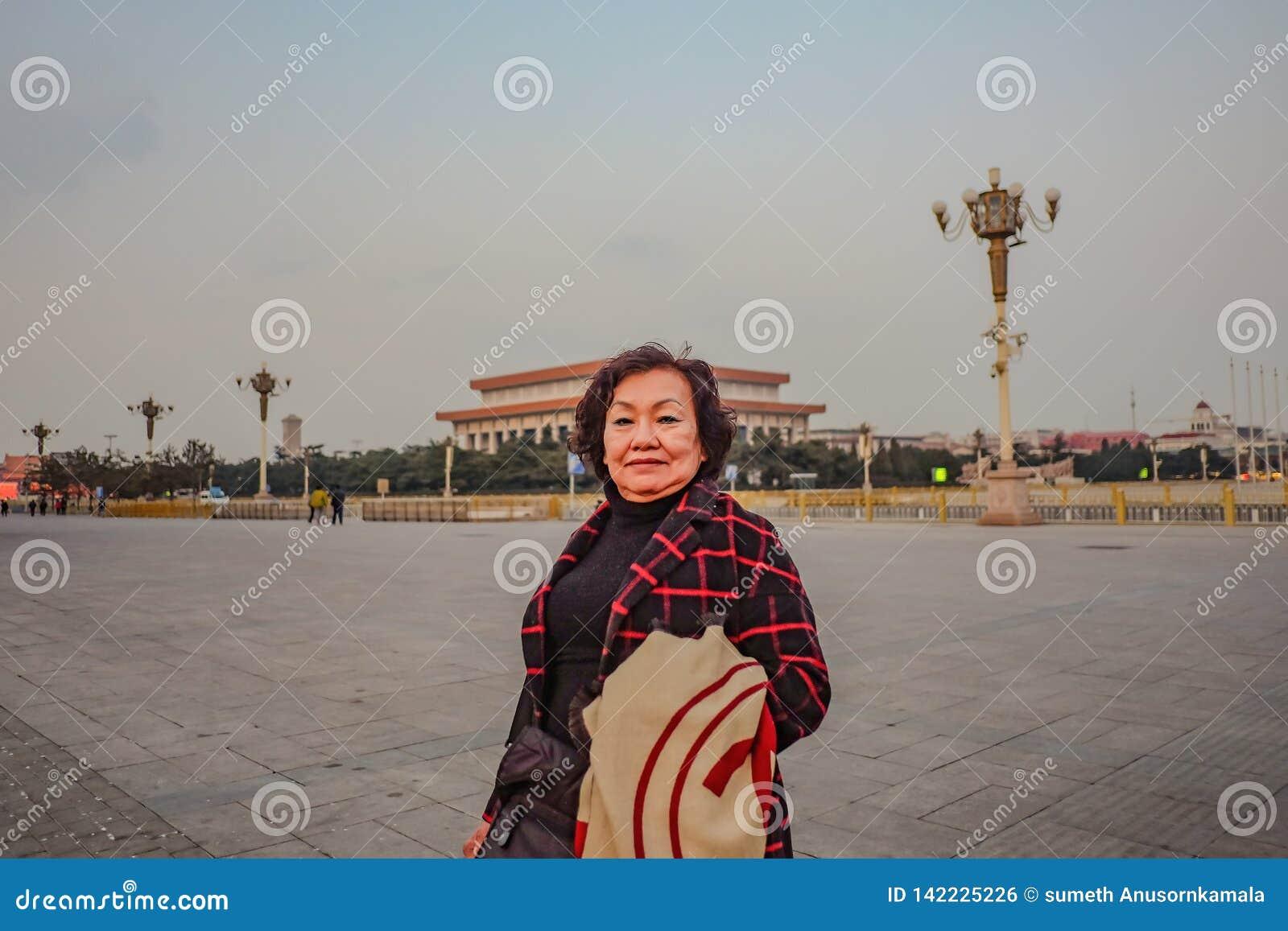 Portret fotografia Starszy azjatykci kobieta podróżnik na plac tiananmen w Beijing mieście