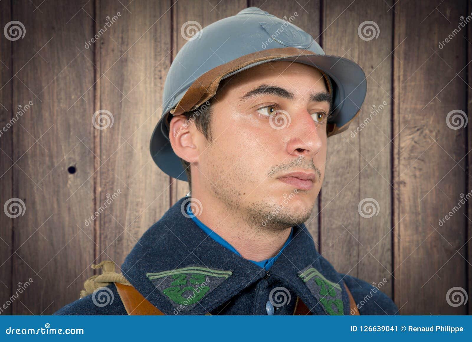 Portret Francuski żołnierz 1914 1918 z Adrian hełmem
