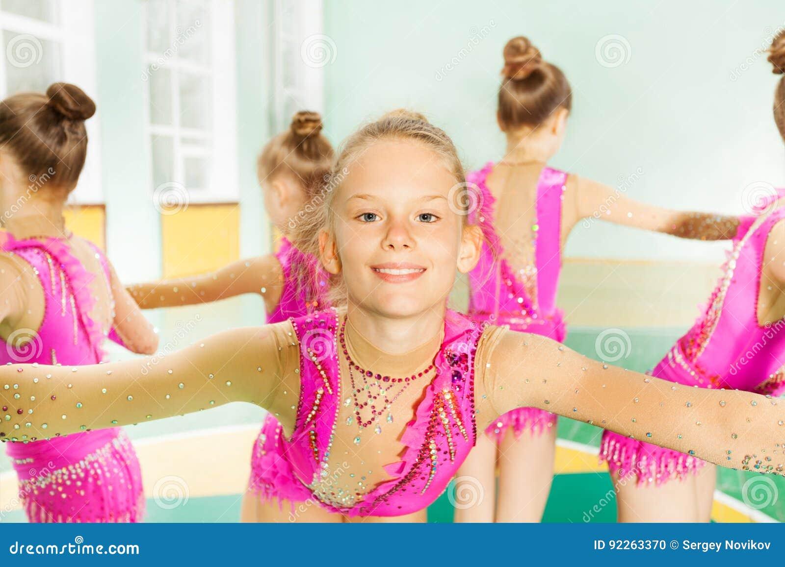 Portret gimnastyczki dziewczyny spełniania ćwiczenie
