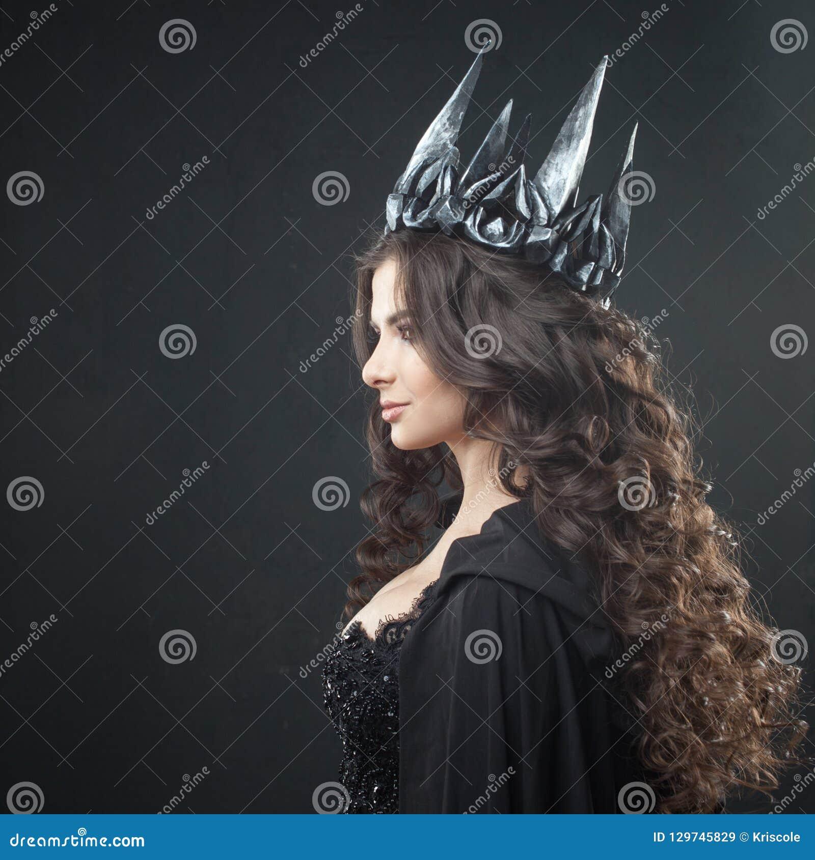 Portret Gocki Princess Piękna młoda brunetki kobieta w metal koronie i czarnej pelerynie