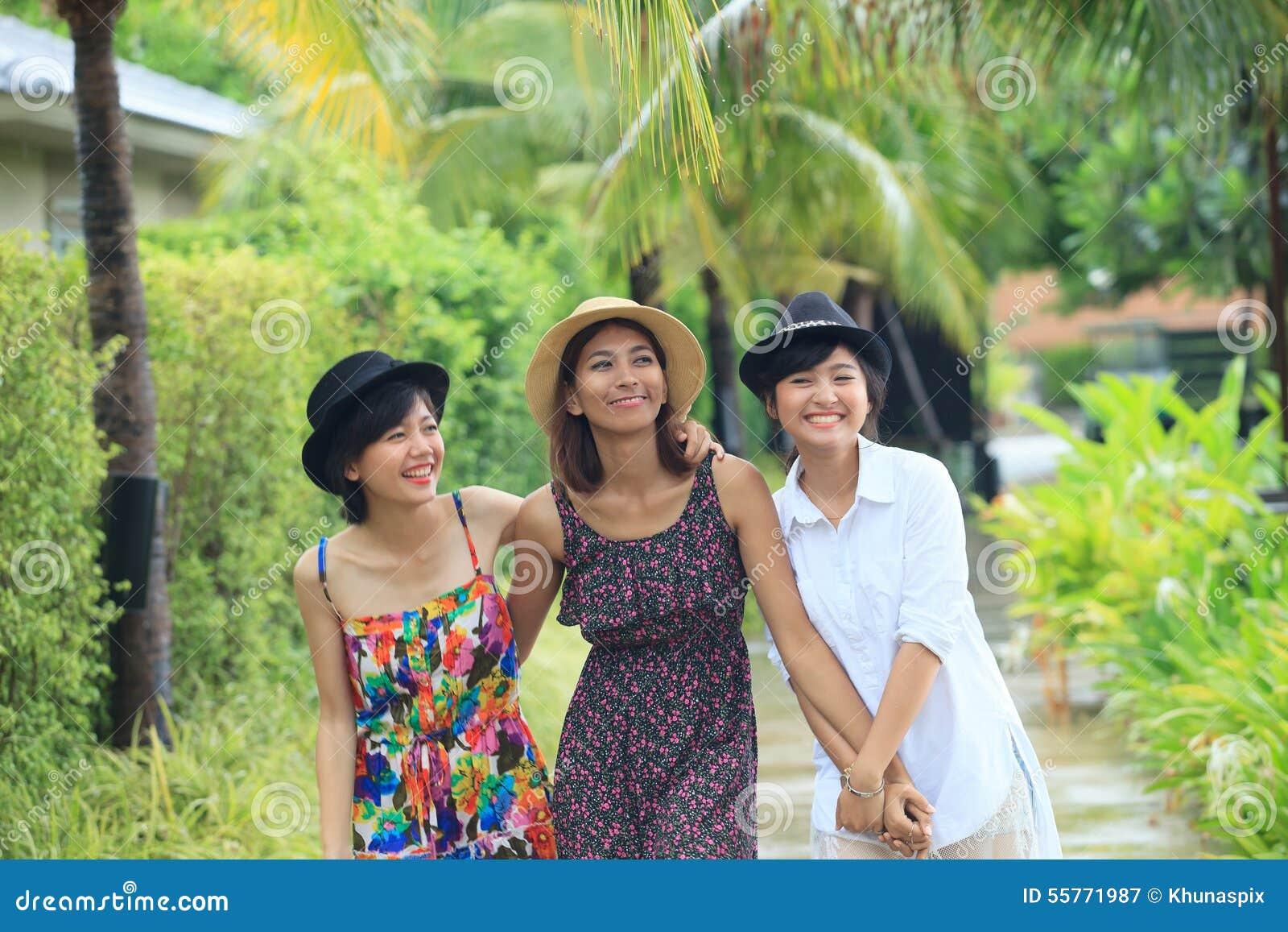 Portret grupa azjatykci młoda kobieta przyjaciela odprowadzenie w parku z