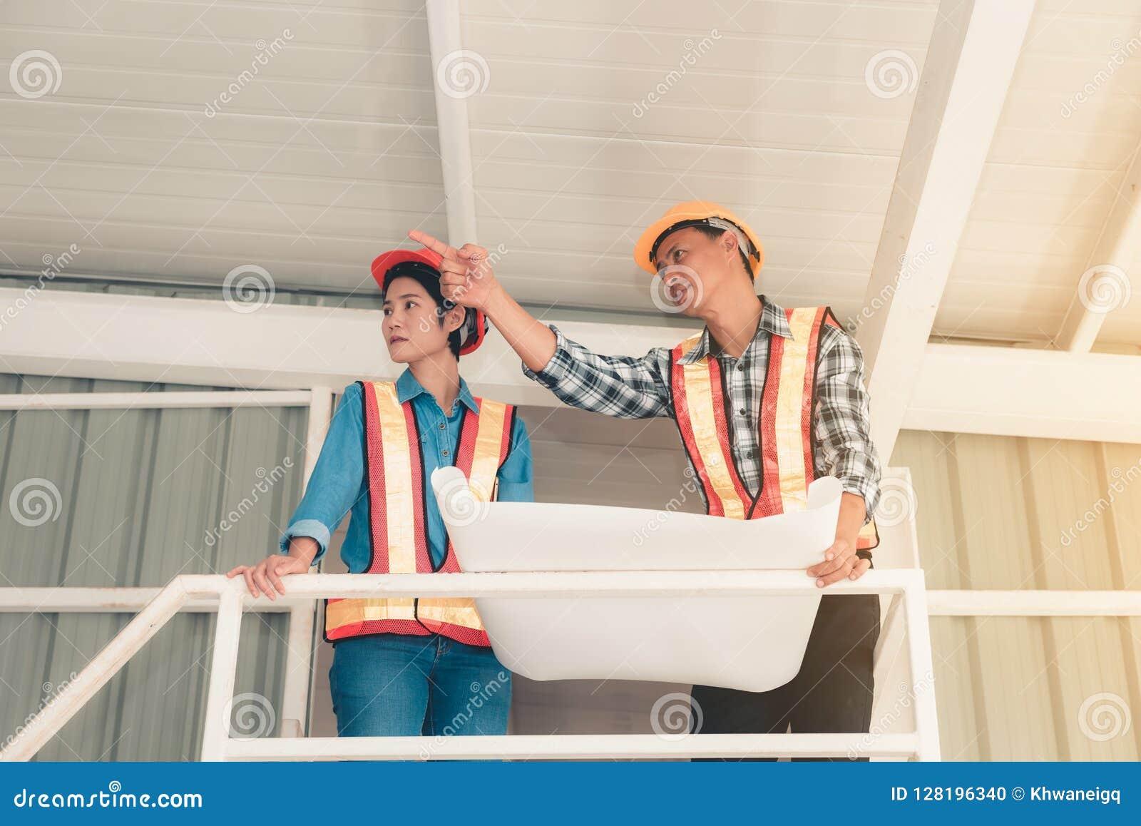 Portret inżynierii praca zespołowa jest wizytą i inspekcją ich