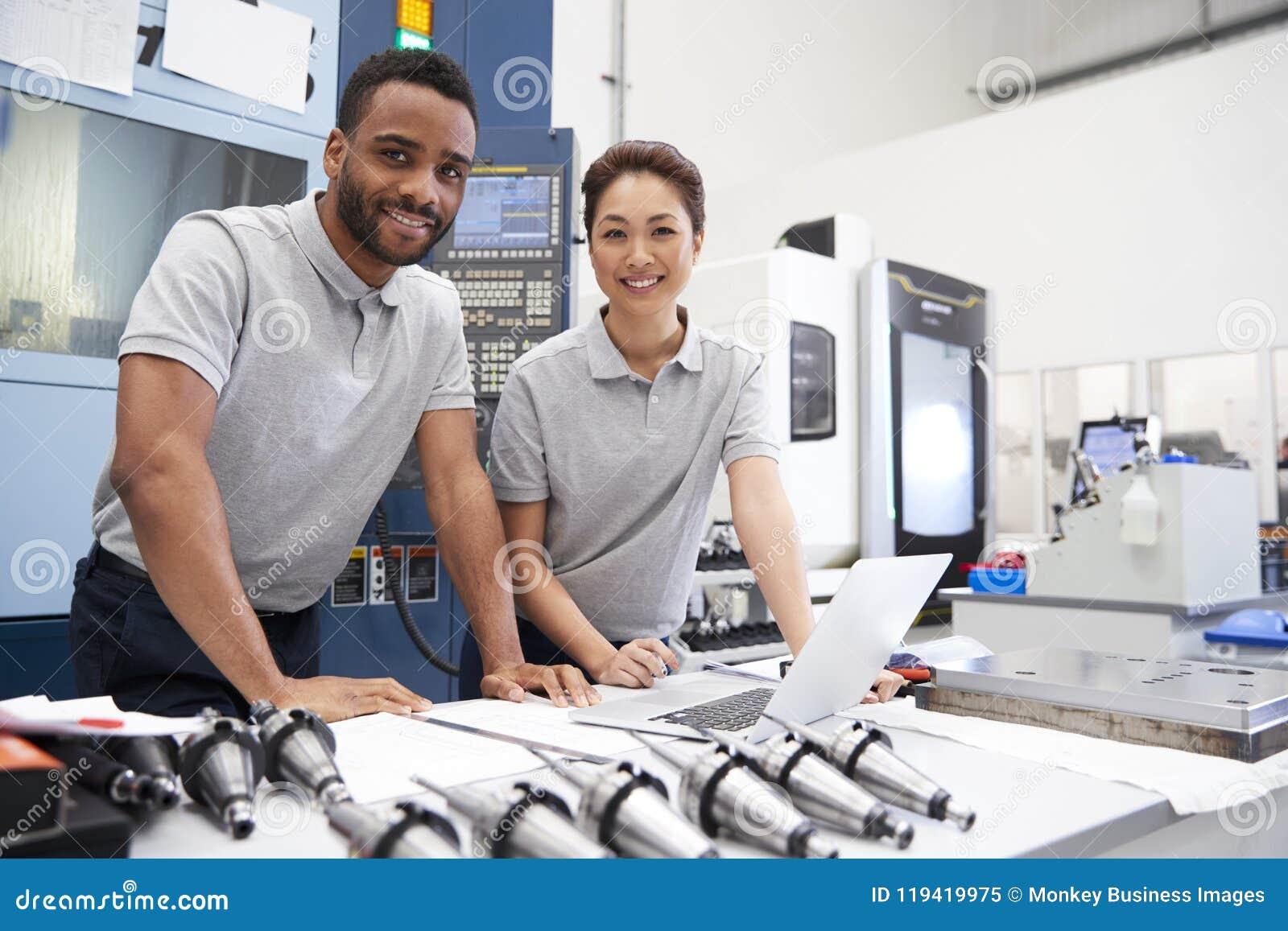 Portret inżyniery Używa chama programowania oprogramowanie Na laptopie