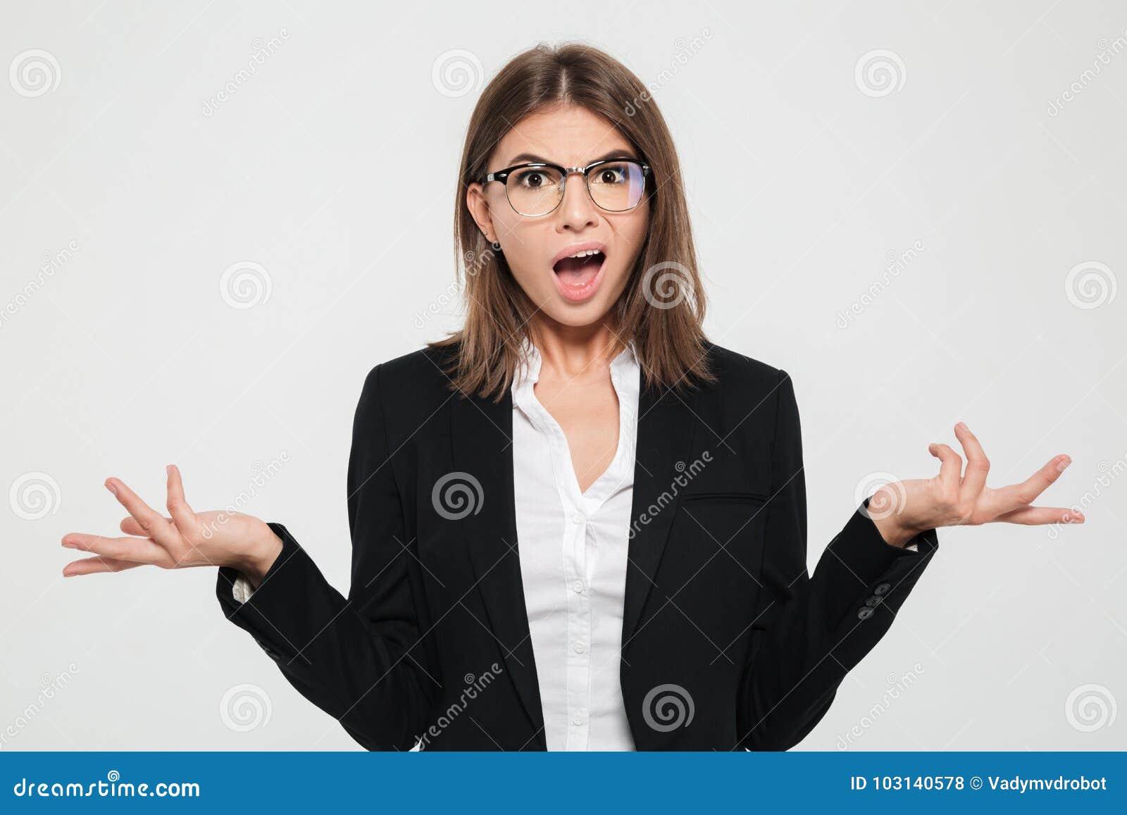 Portret intrygujący młody bizneswoman w kostiumu