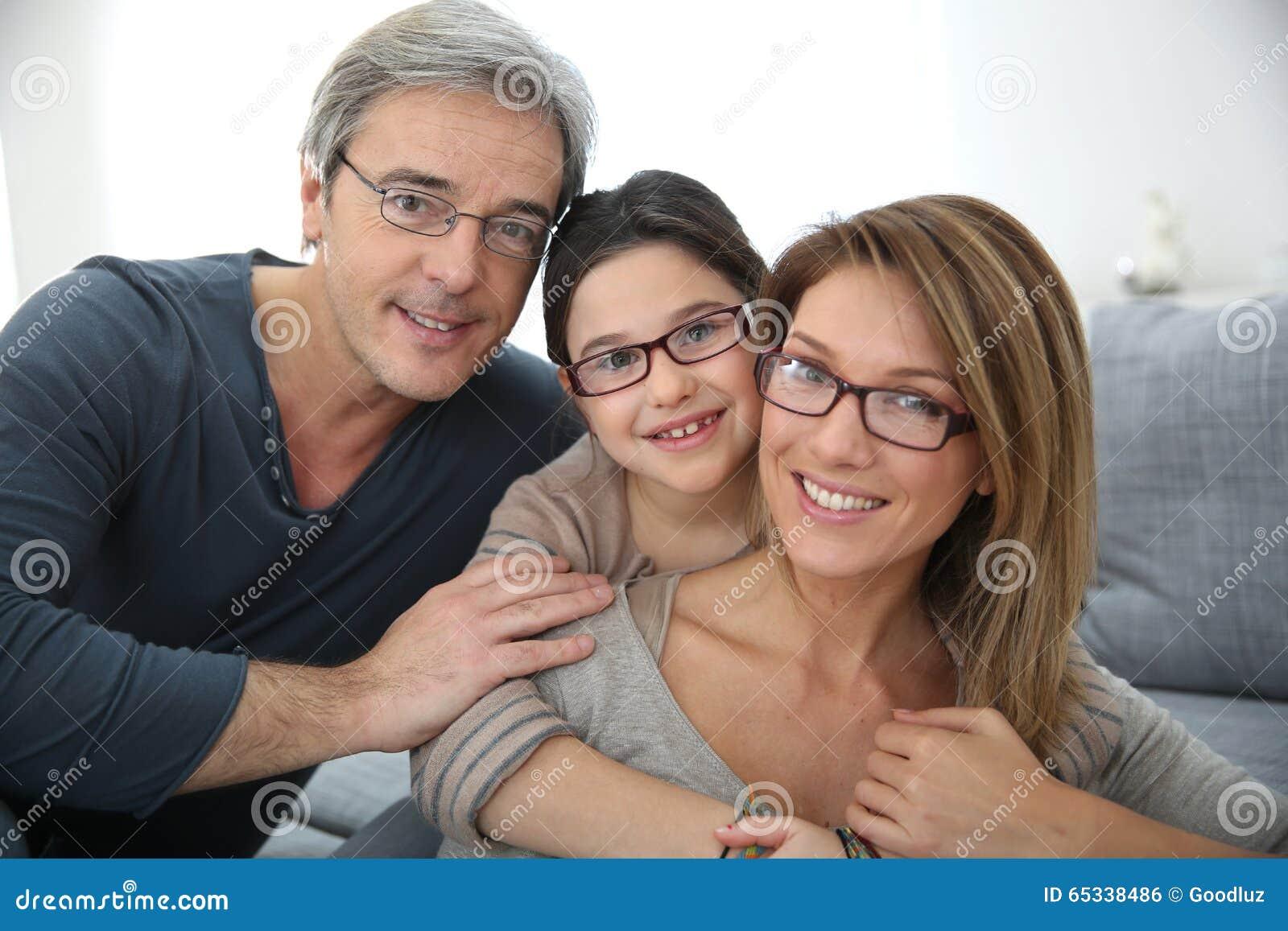 Portret jest ubranym eyeglasses szczęśliwa rodzina