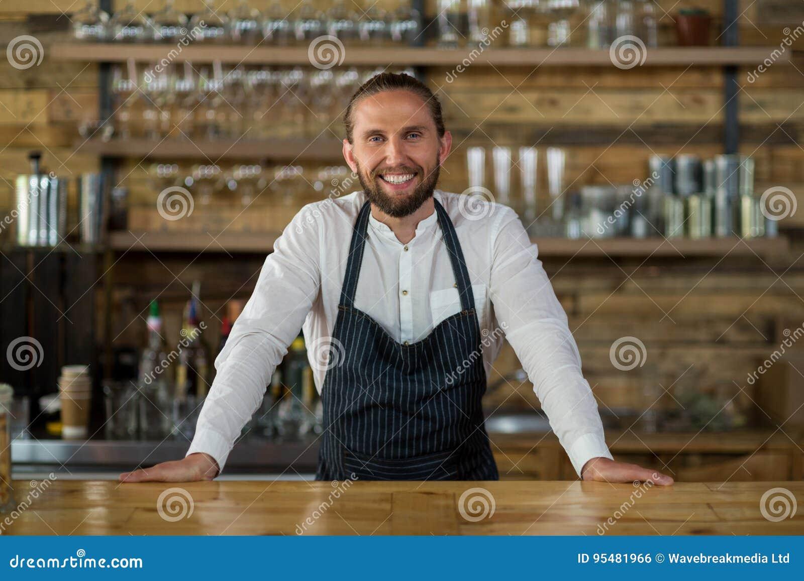 Portret kelner pozycja przy kontuarem
