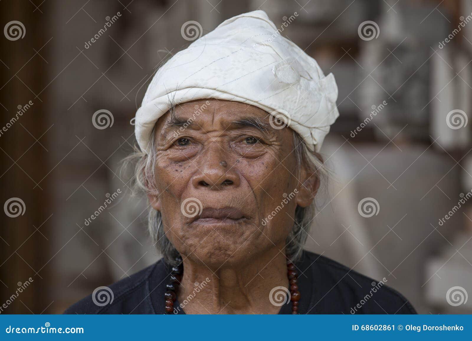Portret Ketut Liyer, tradycyjny uzdrowiciel który grał główna rolę w filmu, Je Modli się miłości z Julia Roberts Ubud, Bali, Indo