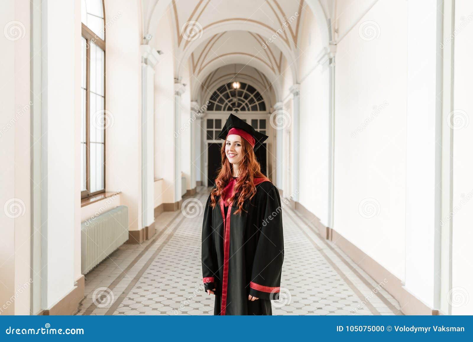 Portret kończyć studia studenckiej dziewczyny uniwersytet