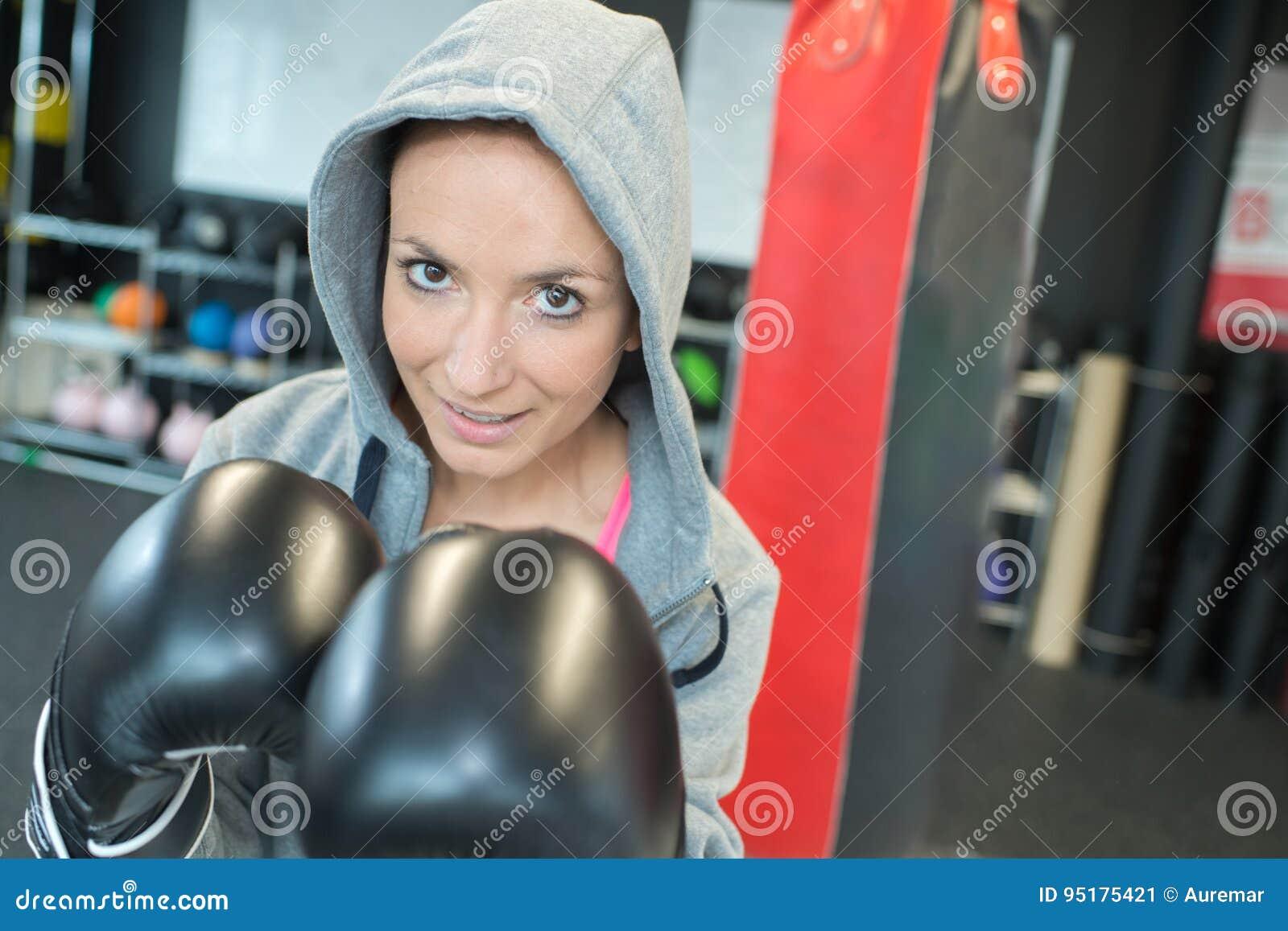Portret kobieta jest ubranym bokserskie rękawiczki