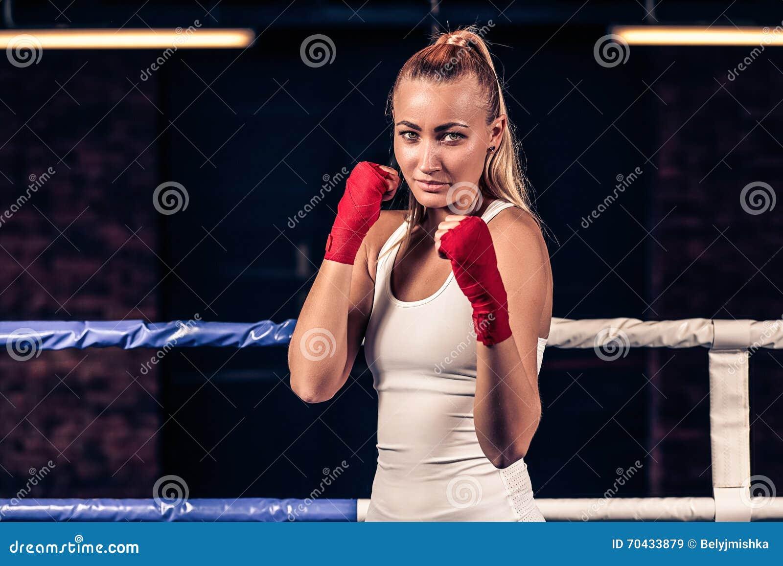 Portret kobieta z czerwonym boksu bandażem na rękach w gym
