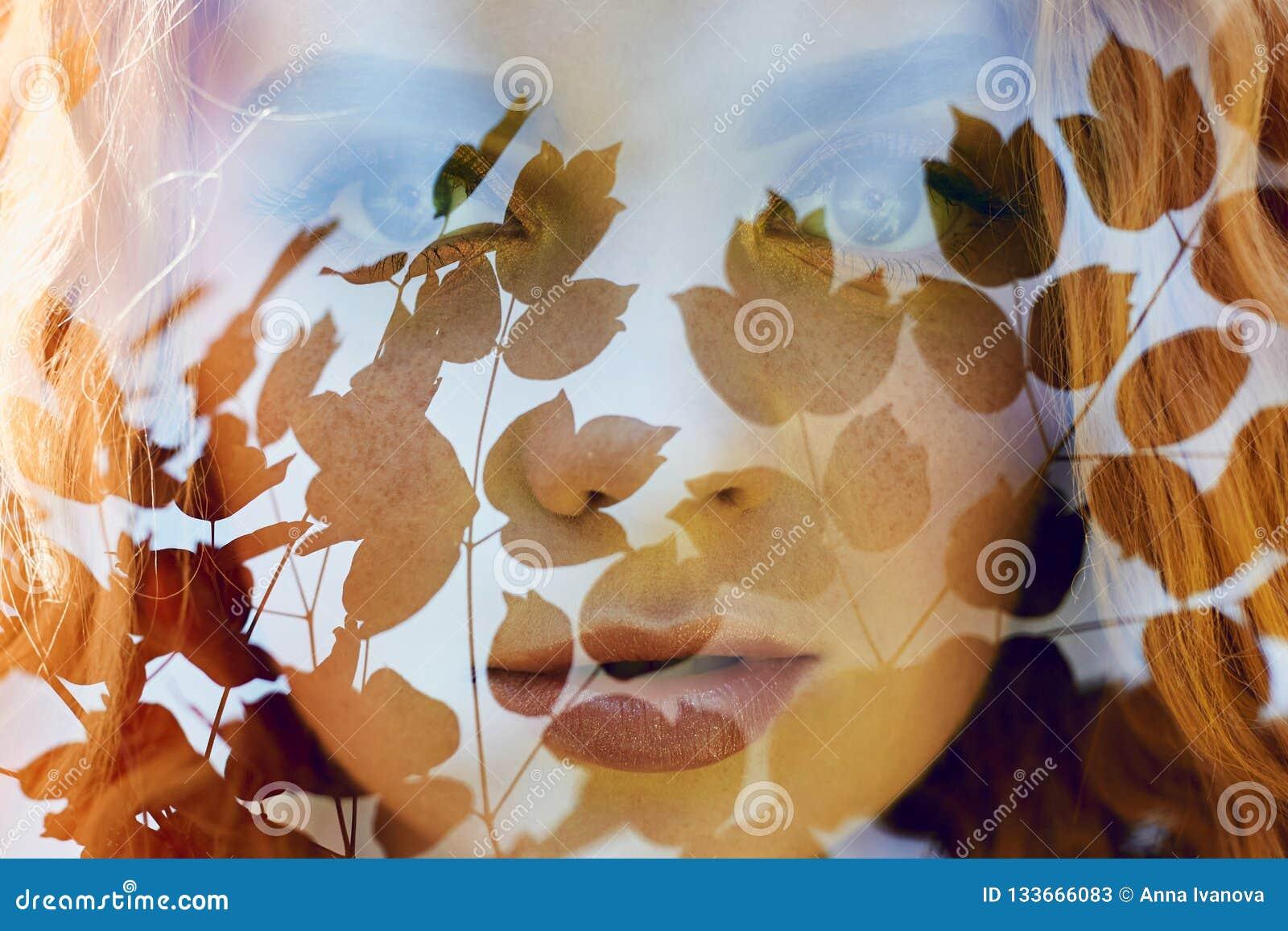 Portret kobieta z dwoistym ujawnieniem dziewczyną i zamazaną naturą fotografia, no jest wewnątrz ostrości Liście na kobiecie