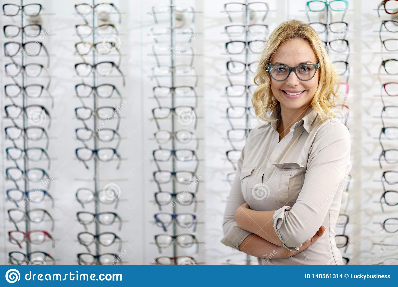 Portret kobieta z eyeglasses w eyewear sklepie